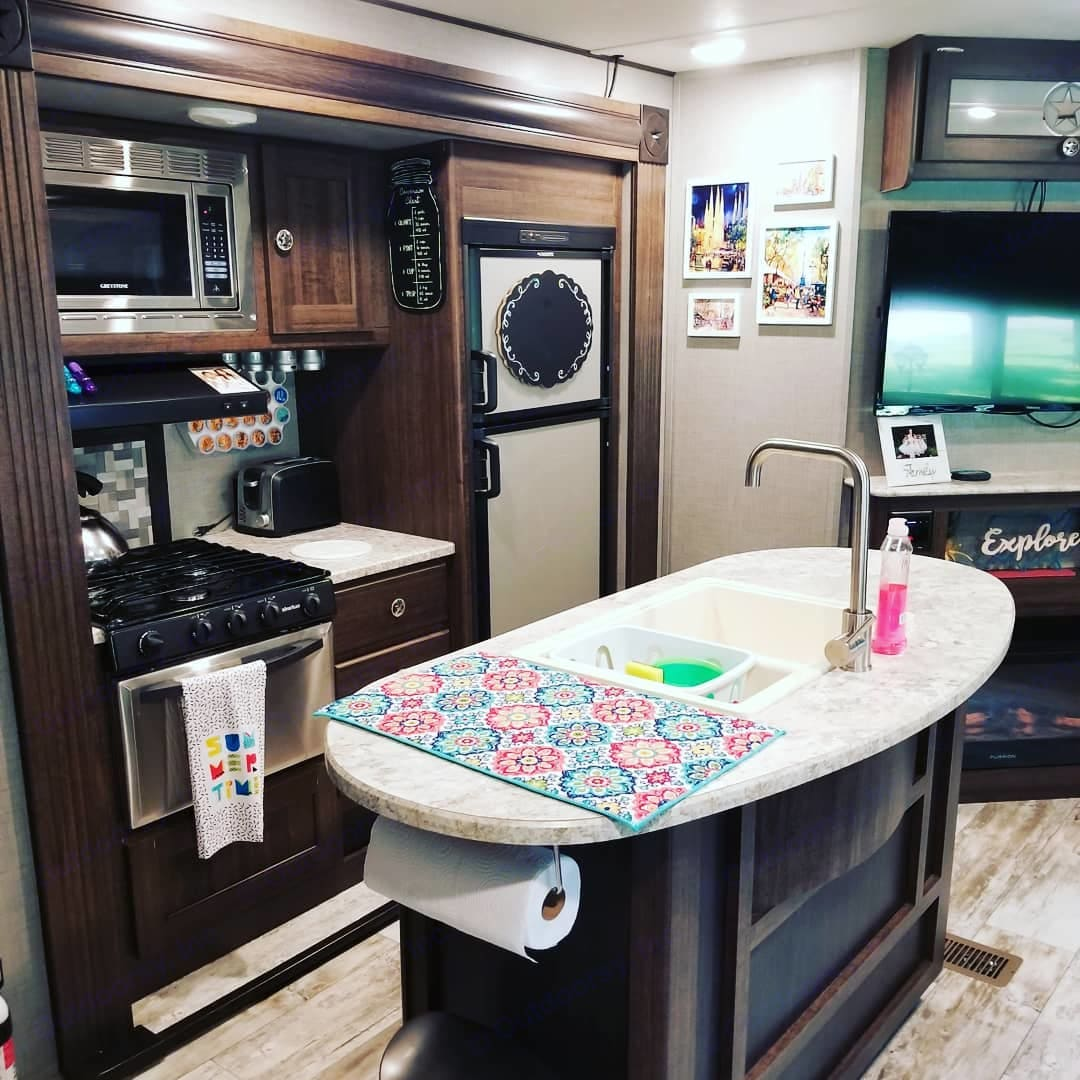 Fully stocked kitchen to make cooking easy. . Crossroads Longhorn 2018