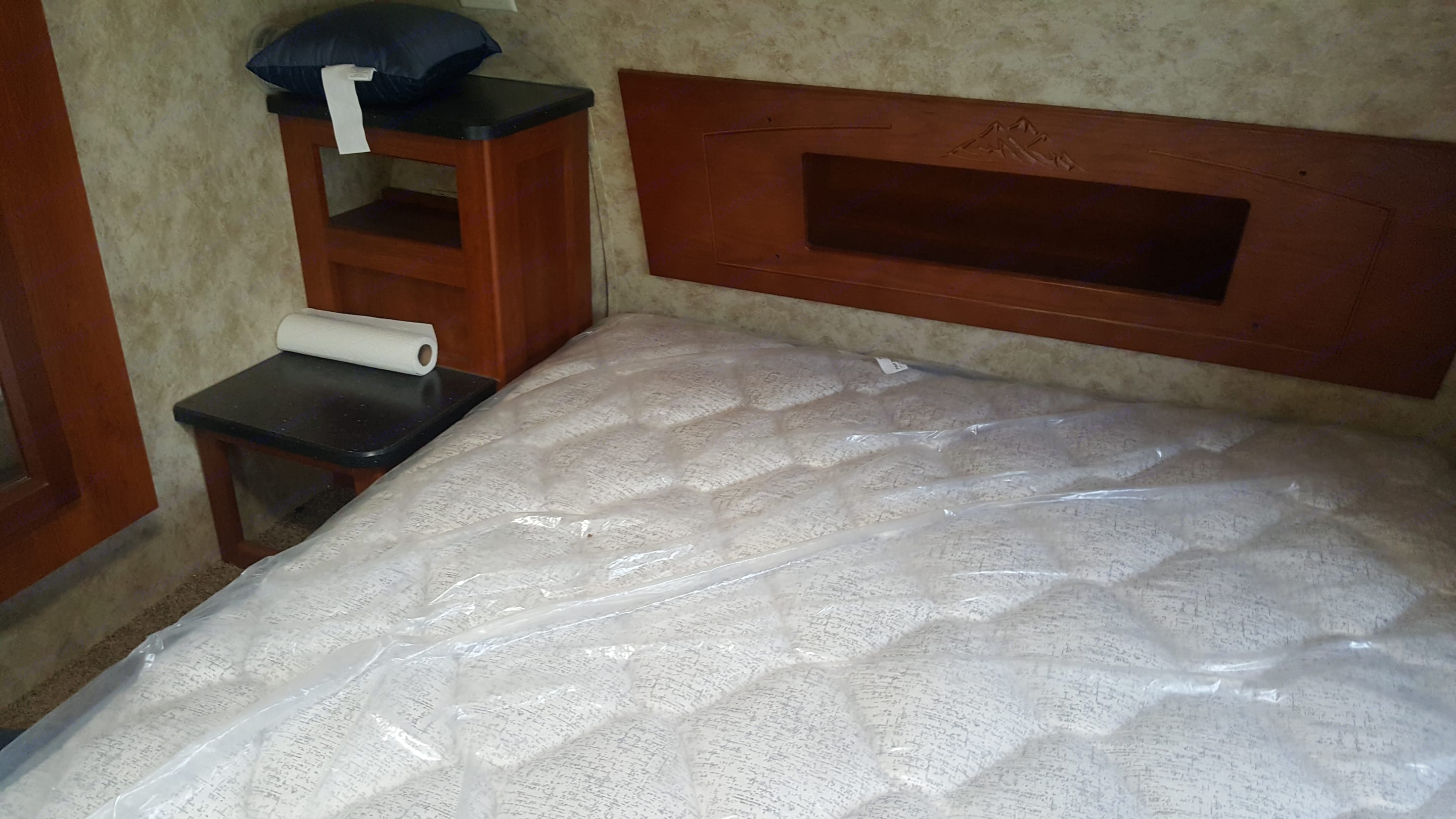 Front master suite w/Queen bed. Keystone Cougar 2012