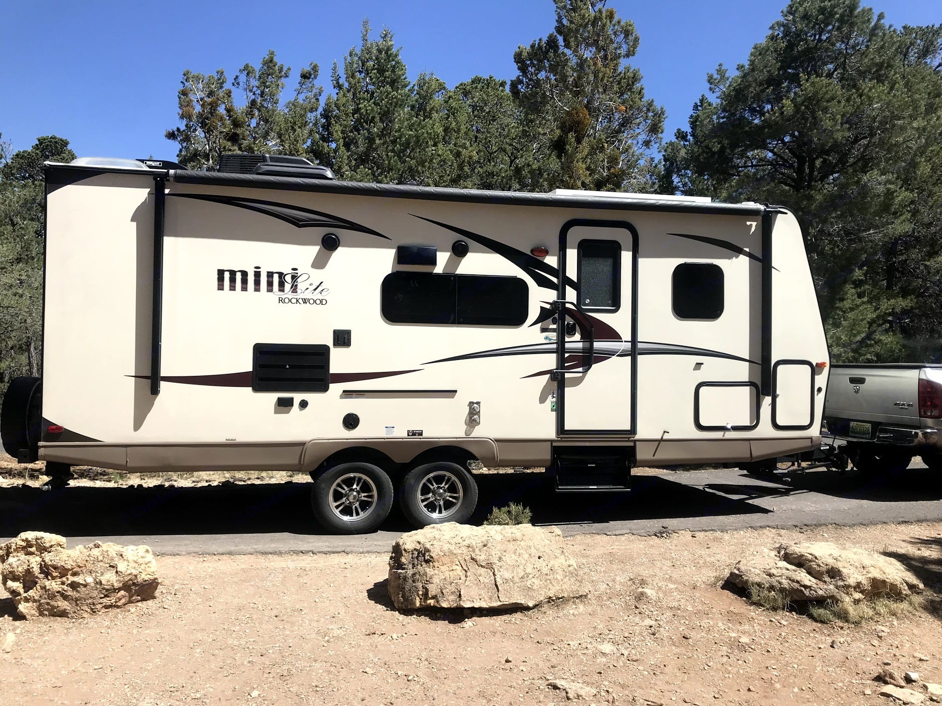 26 foot size makes it easy to fit into almost any camp site.. Forest River Rockwood Mini Lite 2017