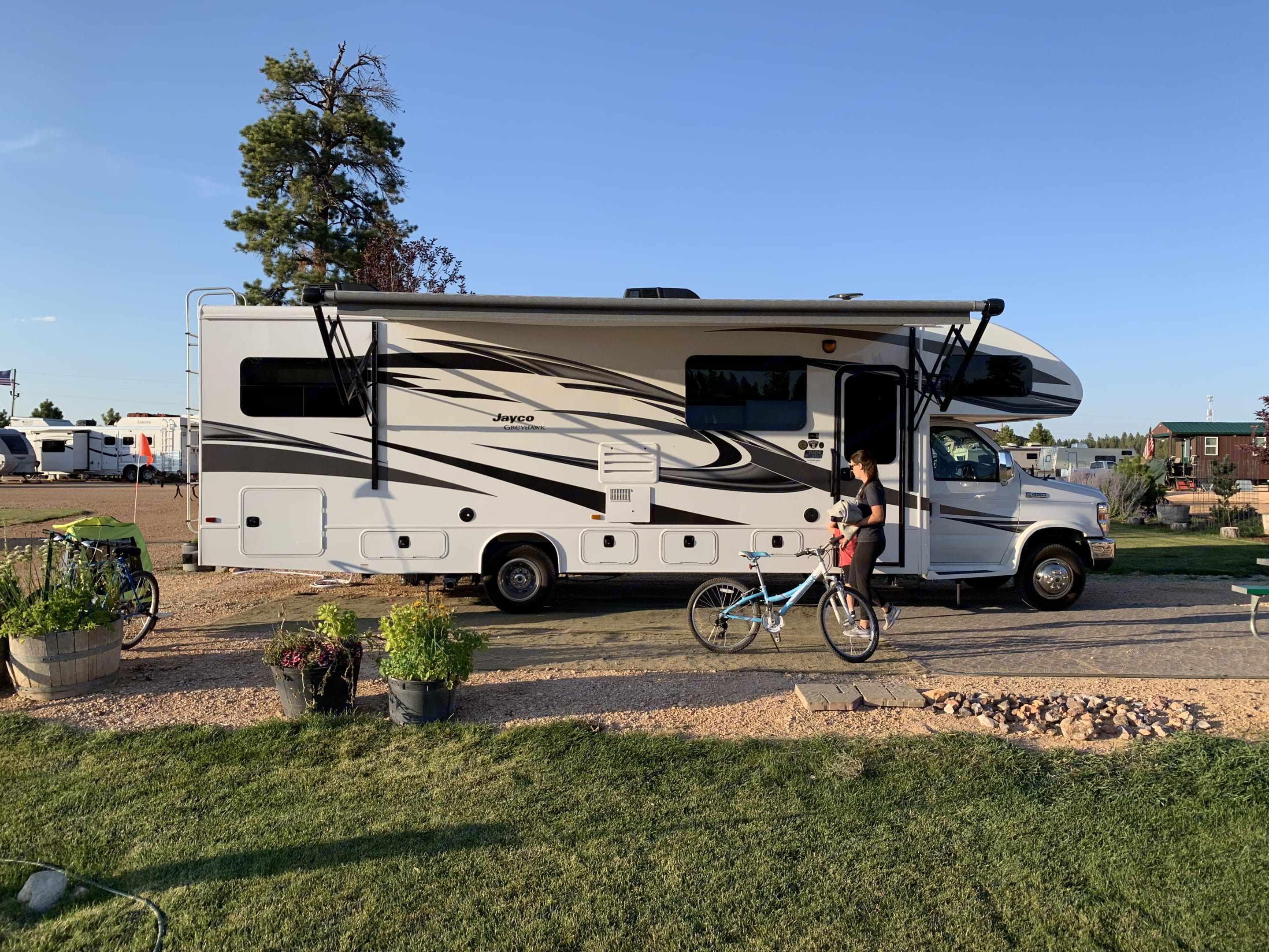 Perfect size for a big family or just a couples get away, our Jayco RV is fun to drive, and has many upgrades that will make your trip comfy and fun.. Jayco Greyhawk 2019