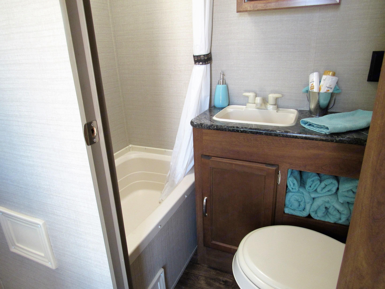Bathroom with towels for 4. Keystone Summerland 2017