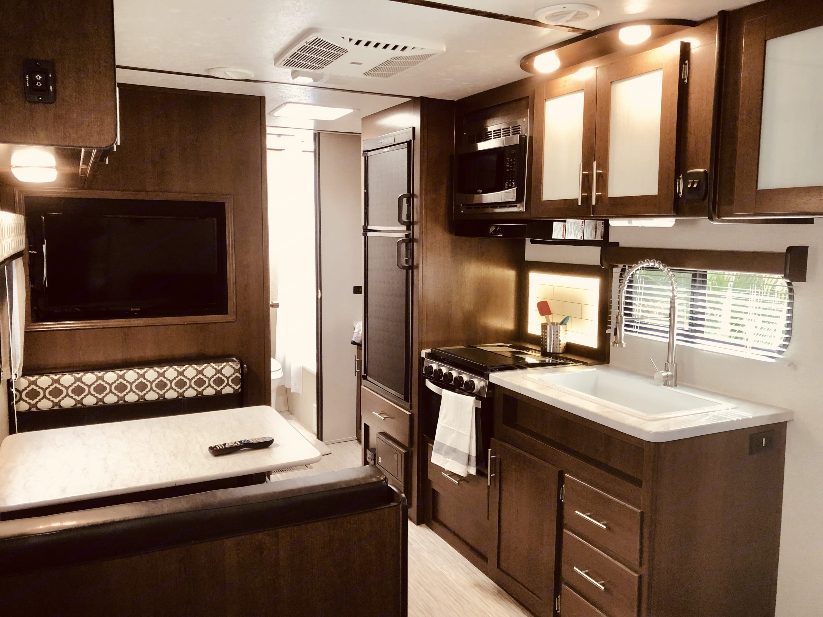 Great living area with dinette, couch, tv and full Kitchen. Prime Time Avenger 2019