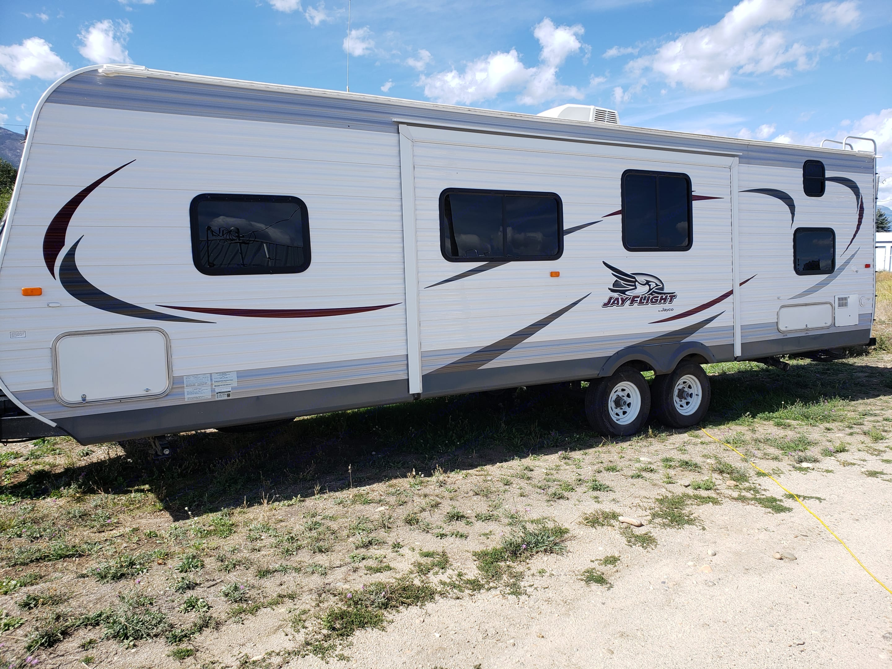 Jayco Jay flight- you can see the slide out is on this side of the RV. Extra storage down below.. Jayco Jay Flight 2015