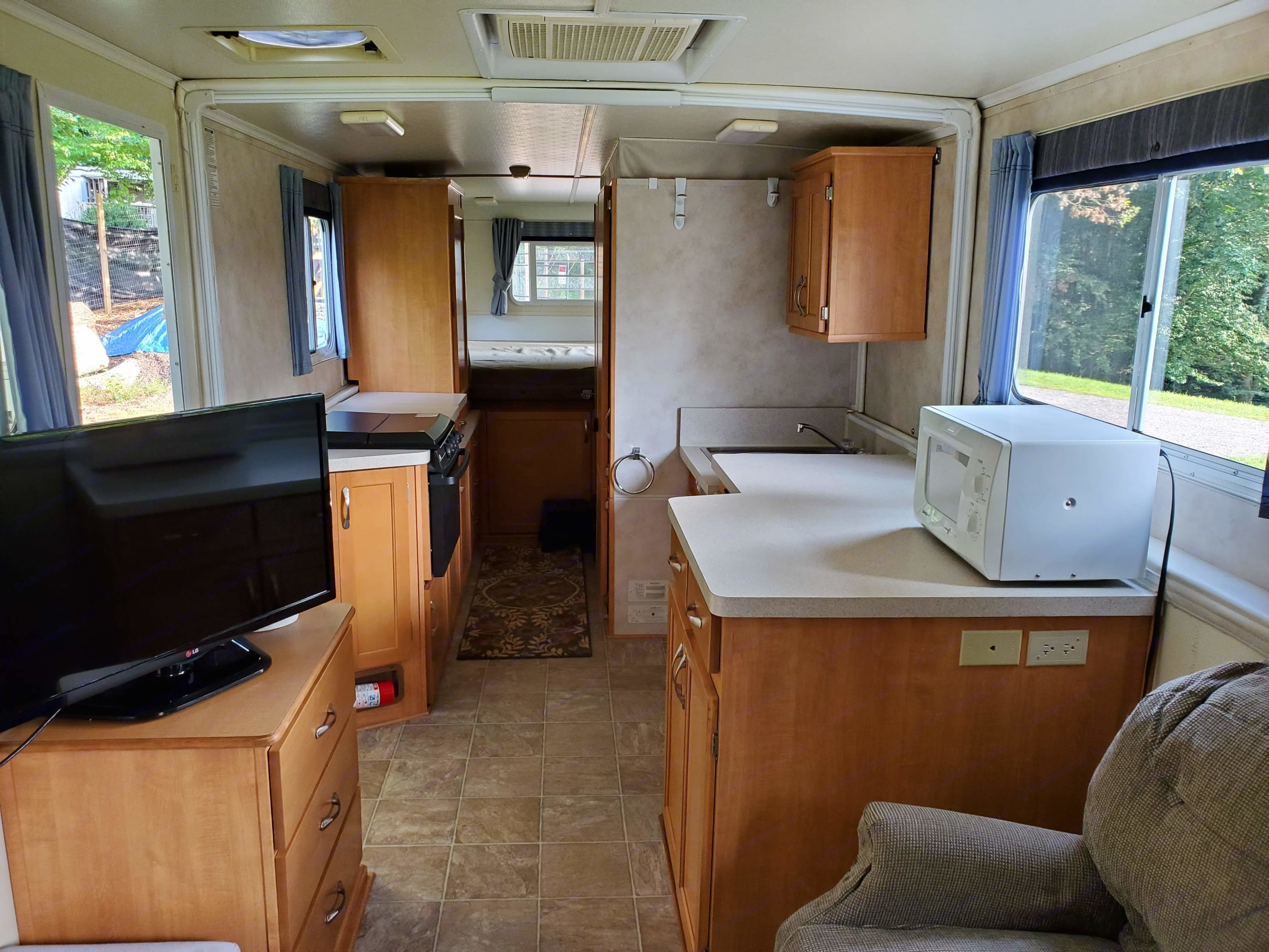 TV, microwave, electric kettle, dishes and silverware included. . Trailmanor 3124ks 2006