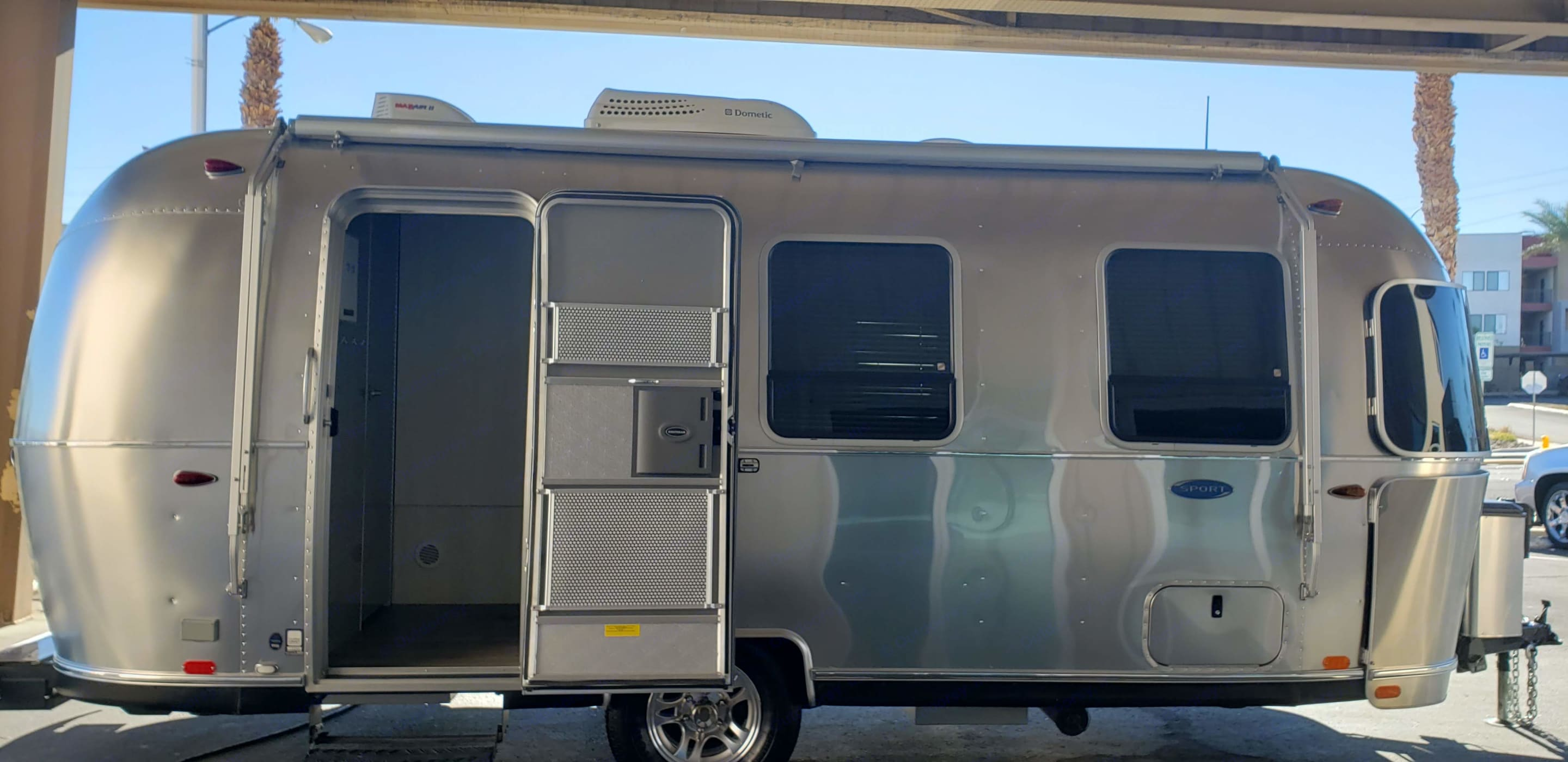 Entrance and passenger side profile. Airstream Sport 2016