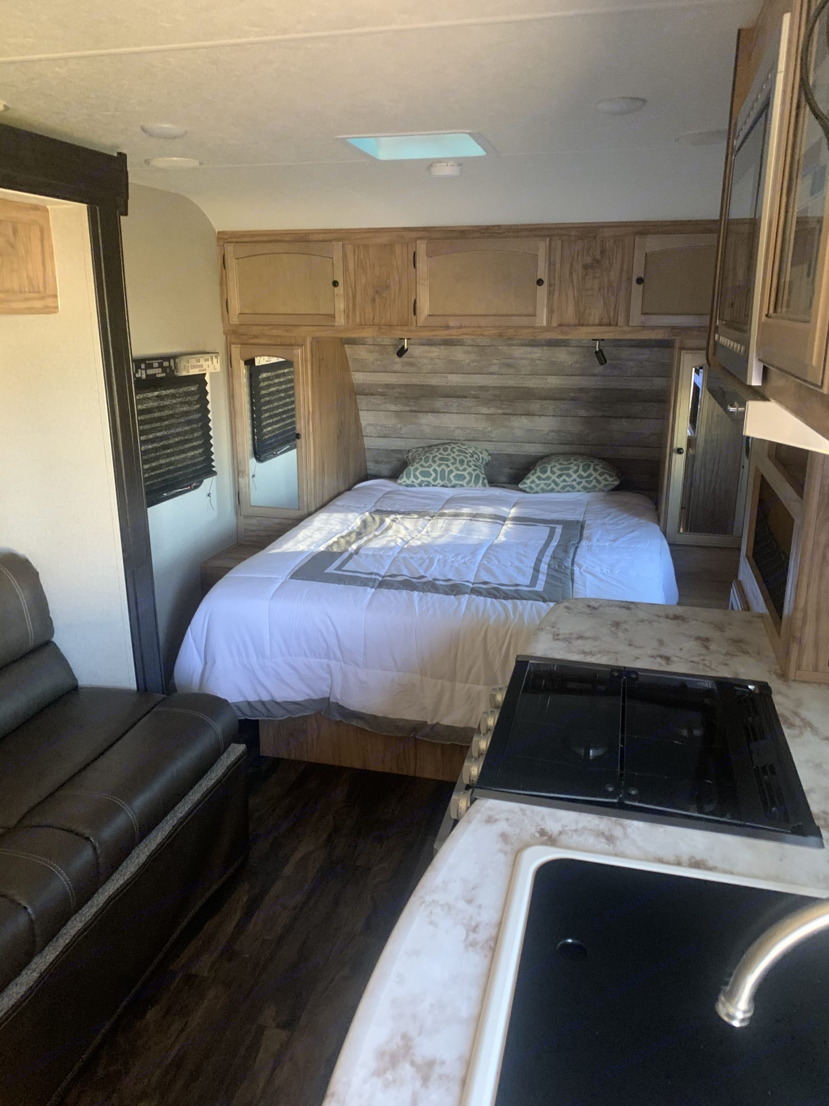 Comfortable bed. Coachmen Freedom Express 2020