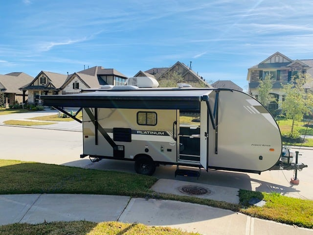 It has a retractable awning and a screen door to watch the kids play. Forest River Wildwood 2019