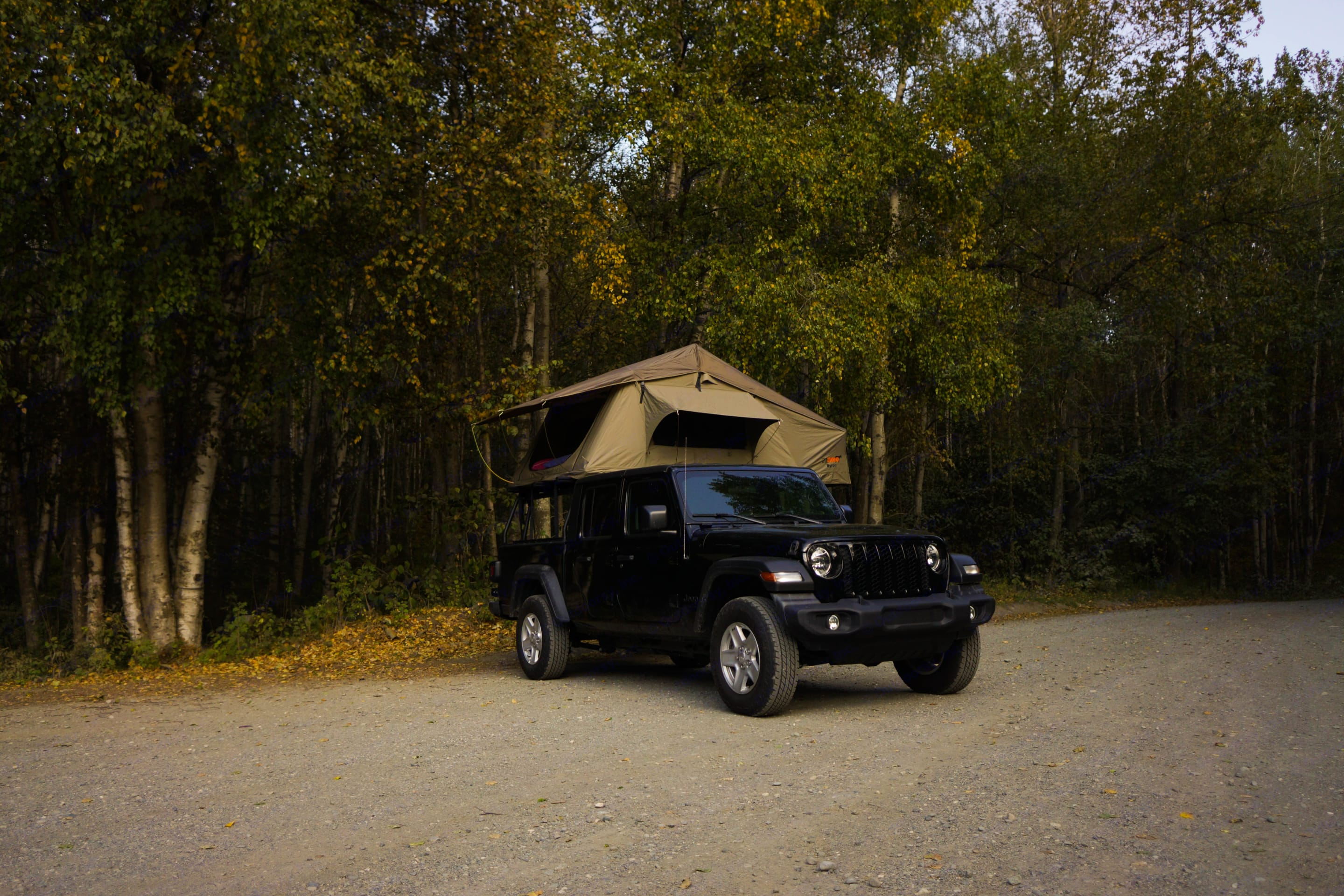 Tent open. Jeep Gladiator 2020