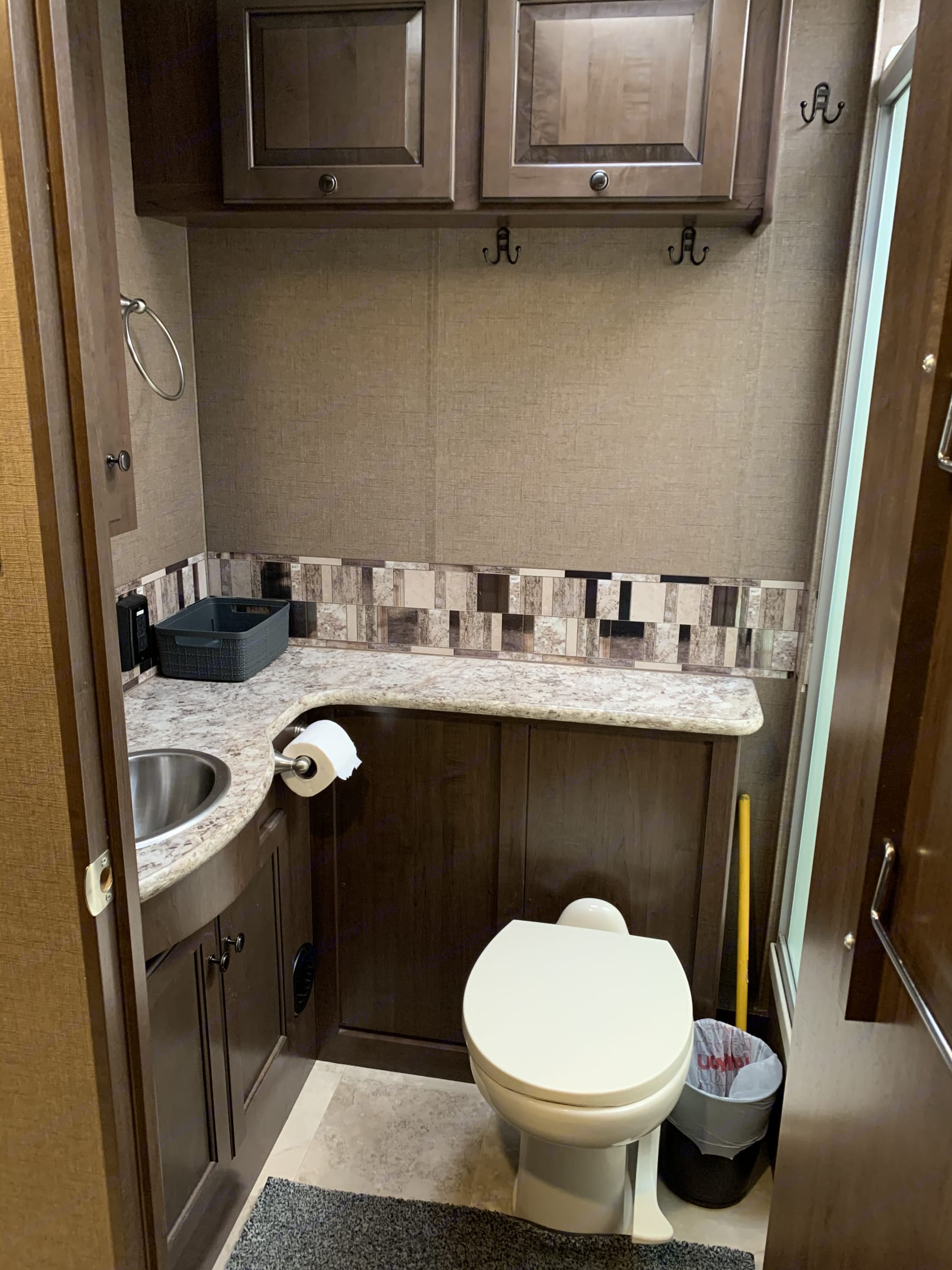Bathroom is all set up, 10 bath towels, 10 washcloths, and 3 hand towels, (please note not for beach use towels, those are located above kind bed) toilet paper is stocked just replace after use or just pay at the end. . Thor Motor Coach Windsport 2018