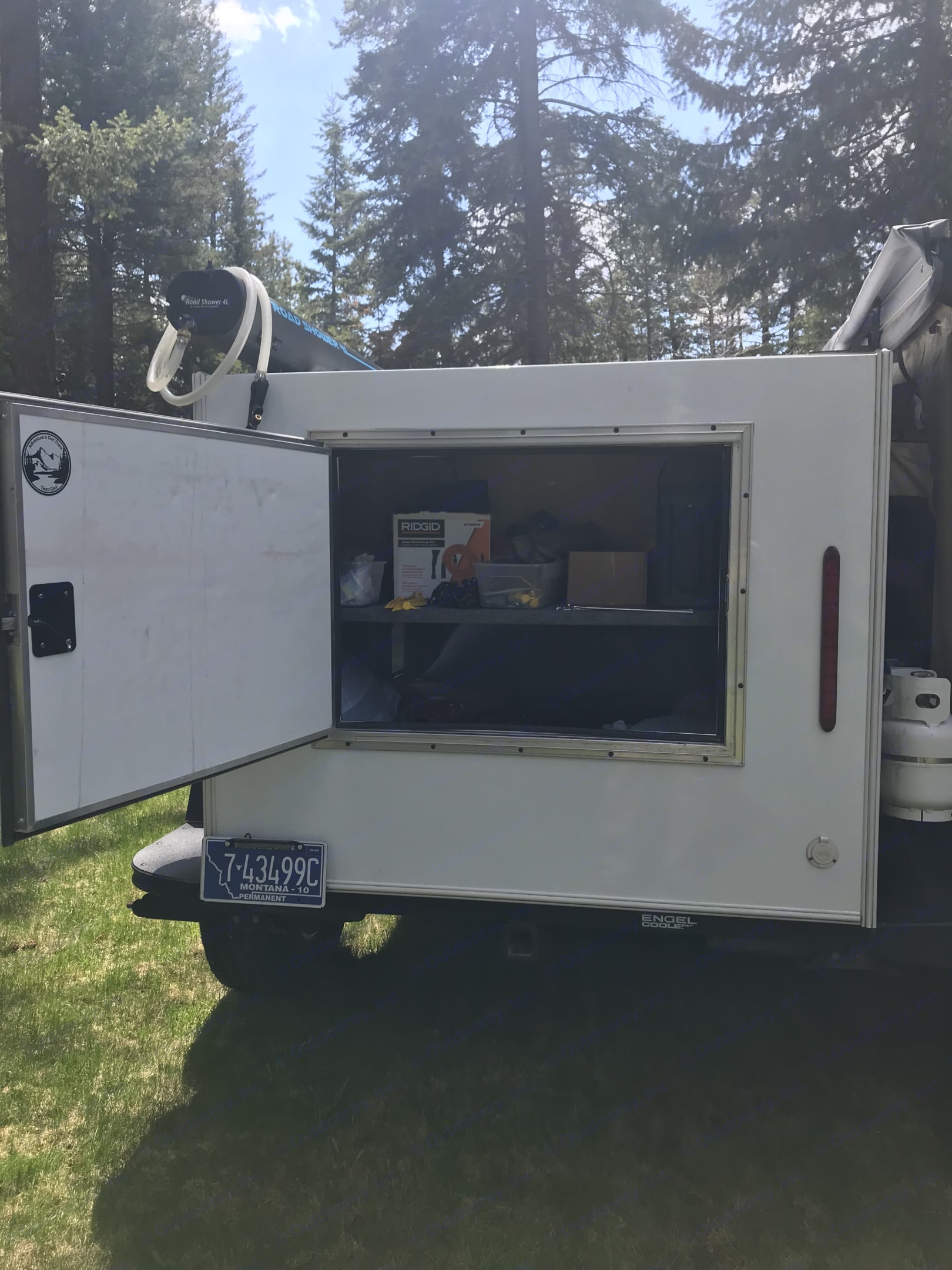 Trailers are equipped with rear doors . Jeep Rubicon 2017