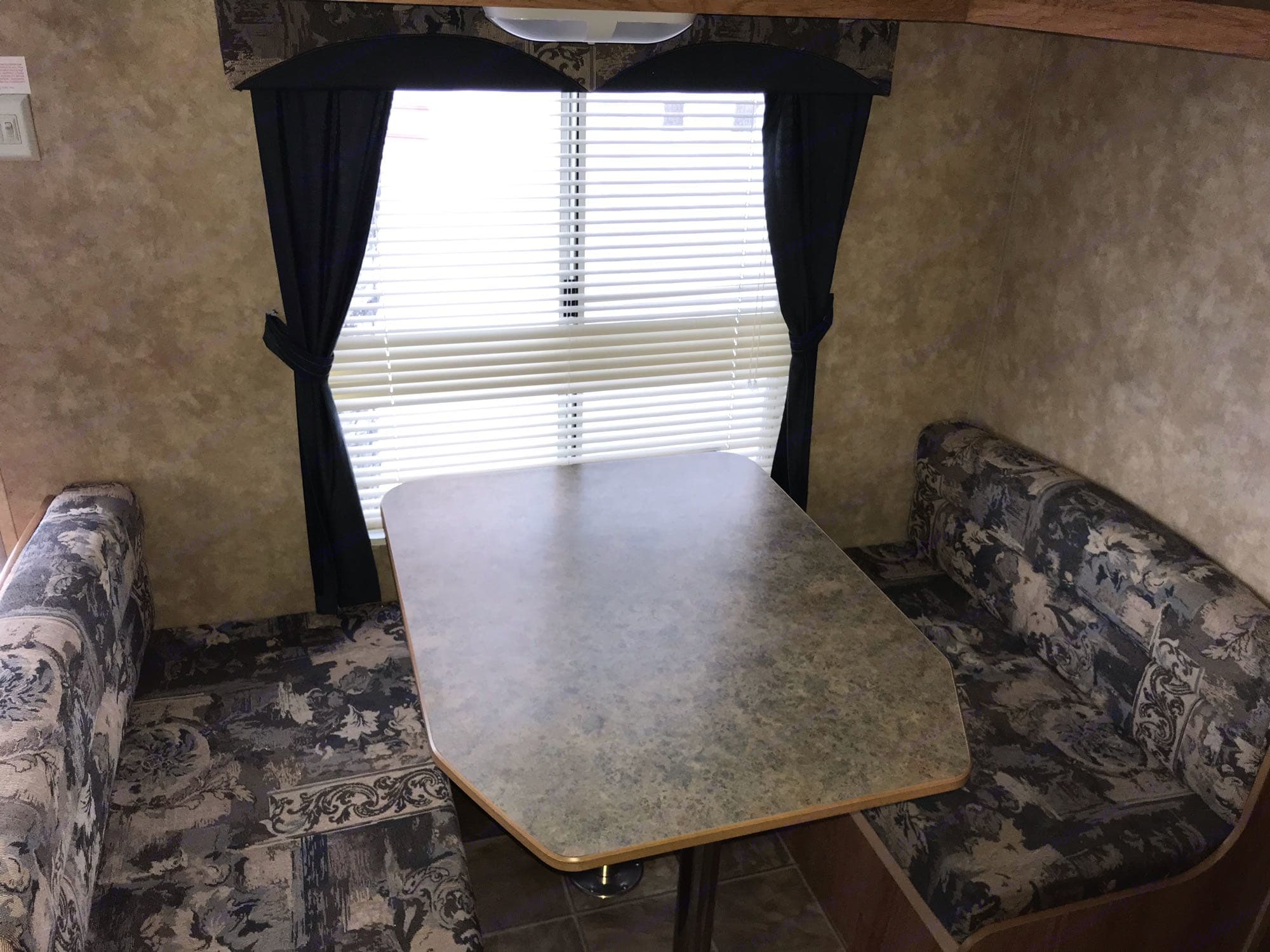 Table that converts into bed.. Jayco Jay Flight 2007