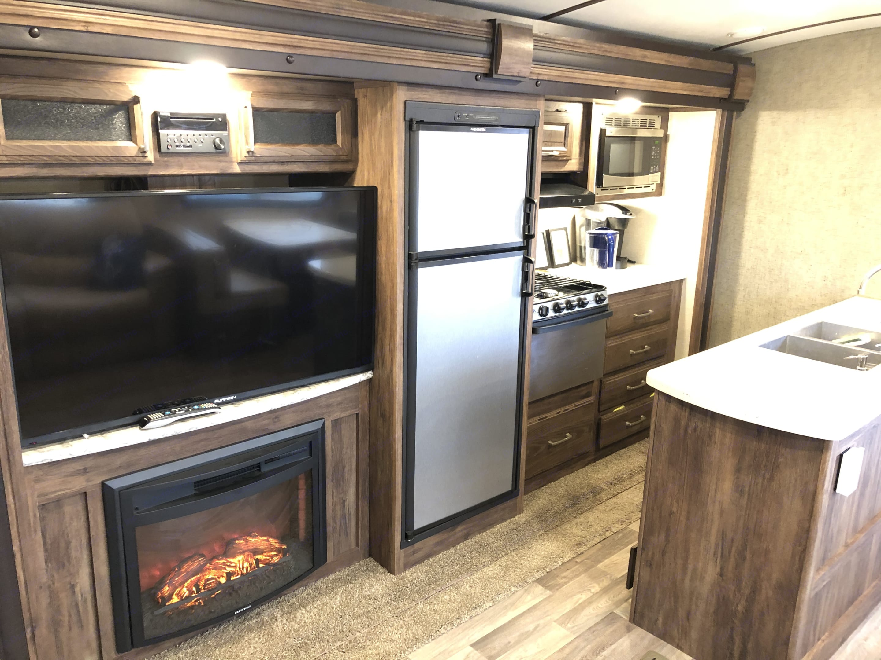Tv and fireplace . Keystone Cougar-Carbon 2018