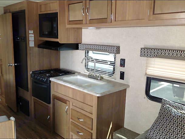 Kitchen amenities. Coachmen Catalina 2017
