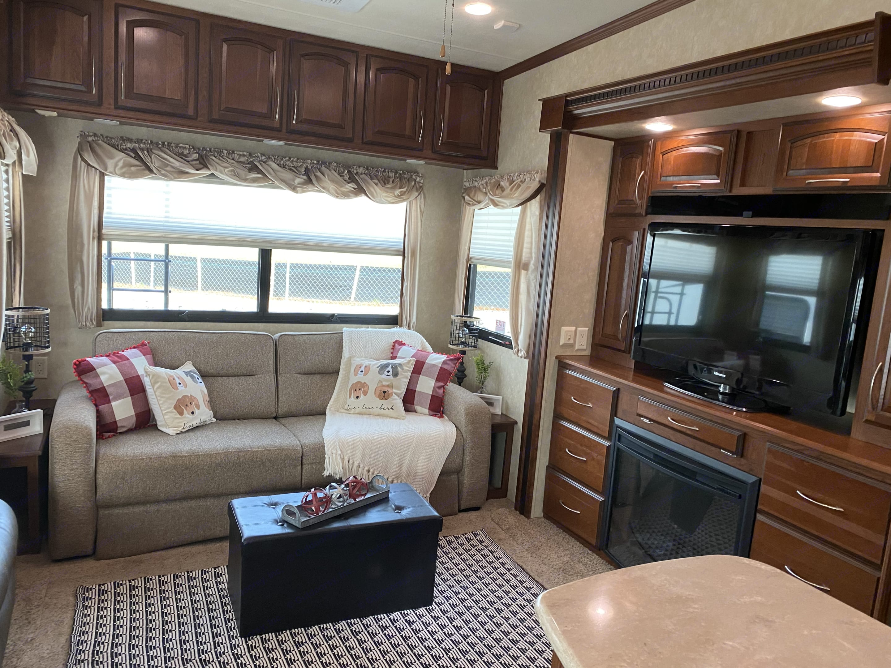 Comfortable living area with large TV and electric fireplace. . Palomino Columbus 2013