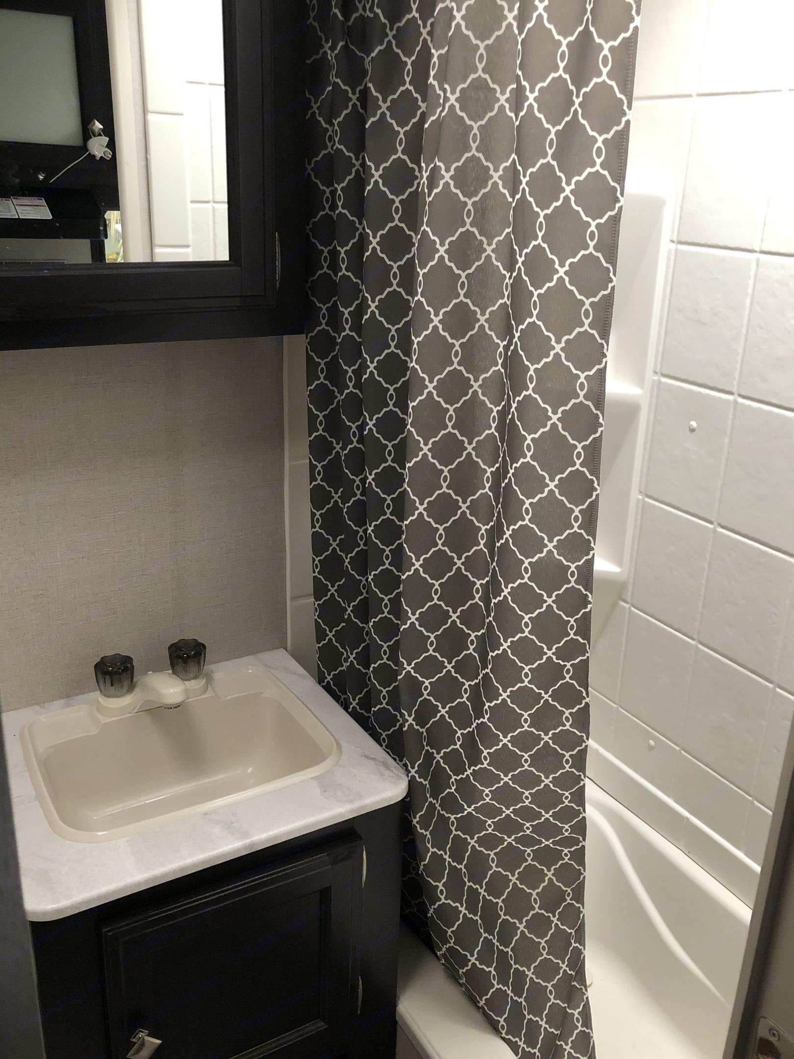 Bathroom with tub. Venture Rv Sonic 2018