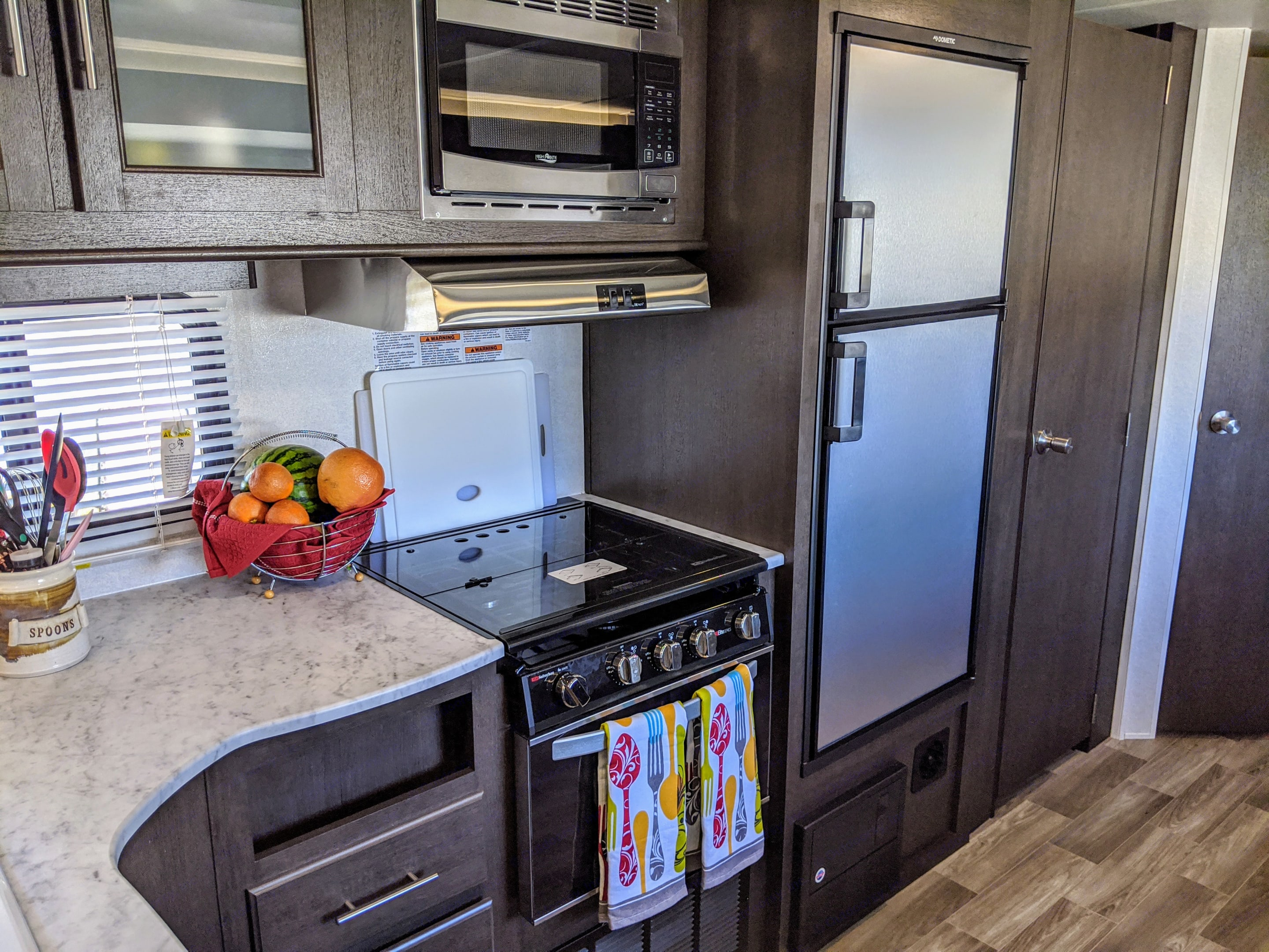Kitchen for the family chef.. Forest River Wildwood X-Lite 2020