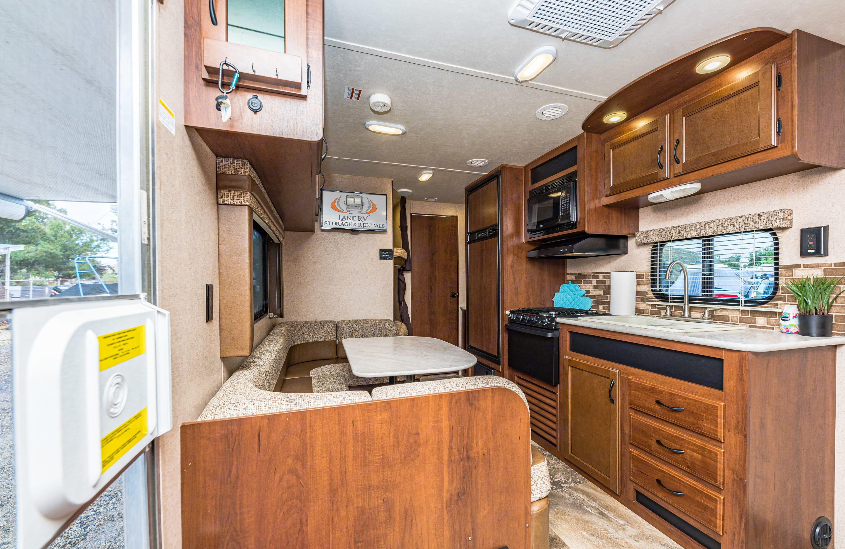 Large dinette, ample storage throughout and spacious full size bunks maximizing your space in this ultra light trailer.. Jayco Jay Flight 2015