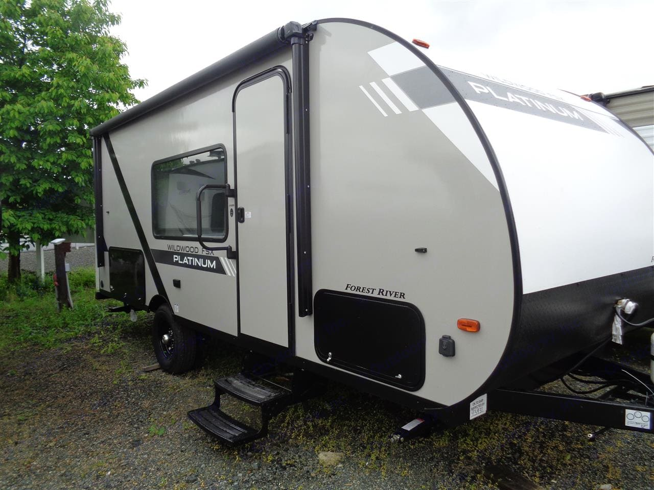 Fully featured, light weight, and easy to tow, it offers convenience in a tiny package. Perfect for first time and seasoned campers.. Forest River Wildwood 2020