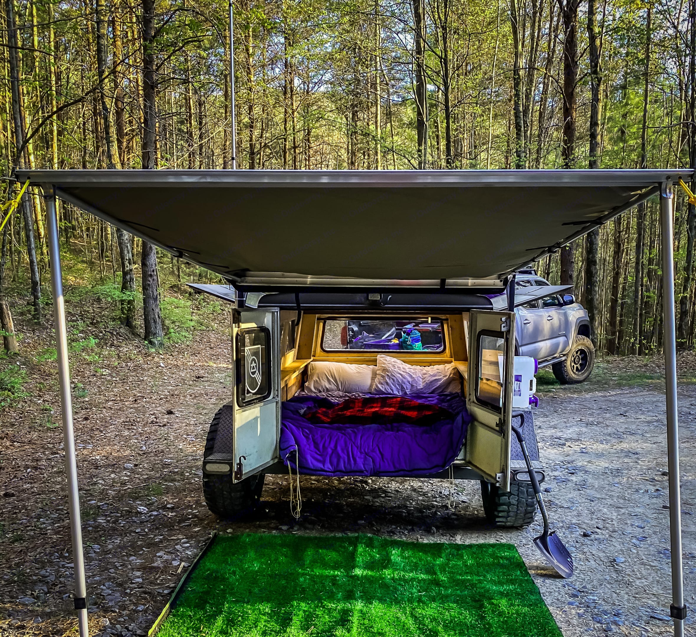 Queen sized mattress, lights, plugs for your phones/camera, and a beautiful place to sleep!. Custom Off road 2020