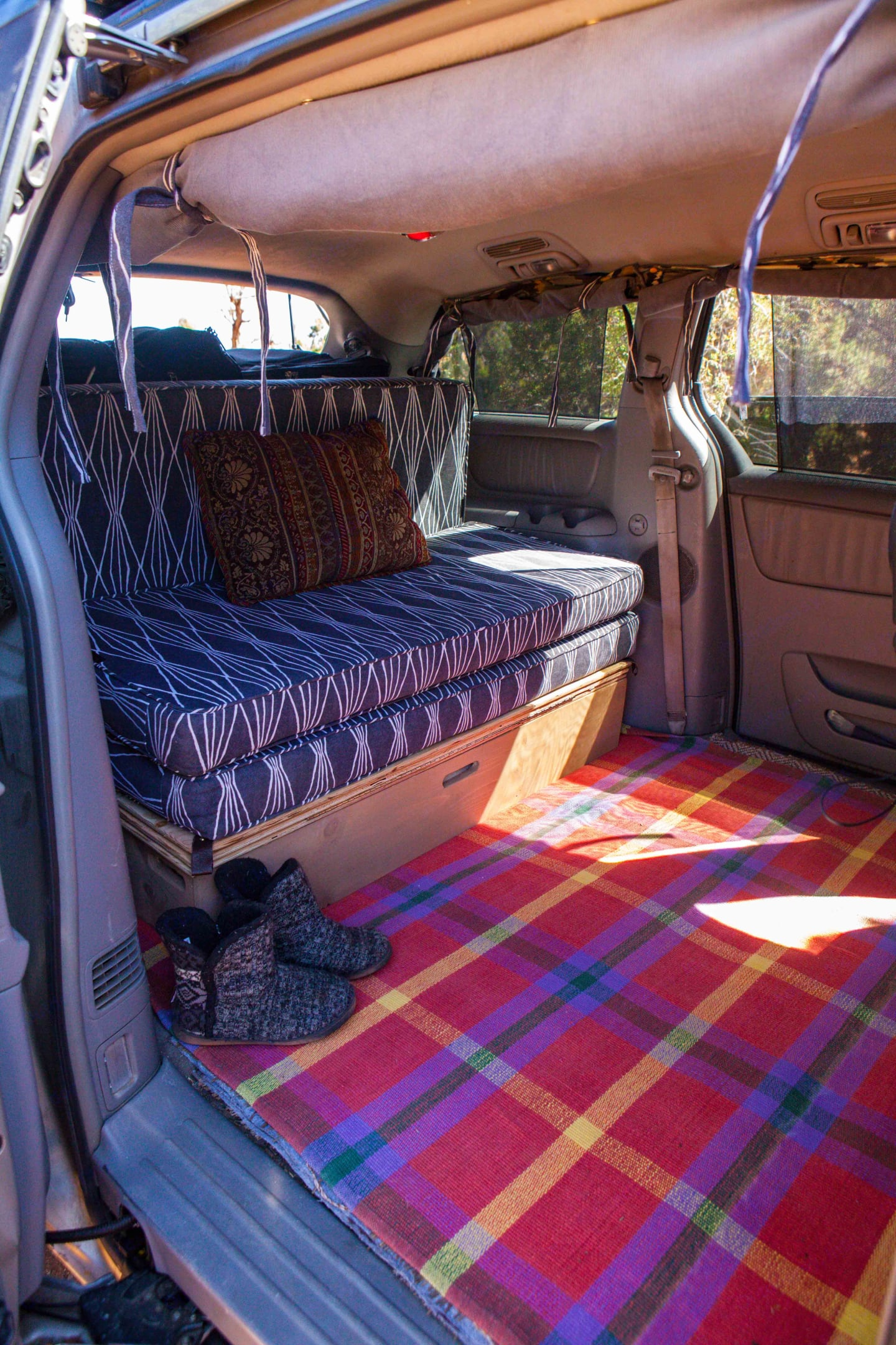 Attention to comfort is offered in the van both for sitting and sleeping. Curtains are rolled up for visibility. . Toyota Sienna 2007