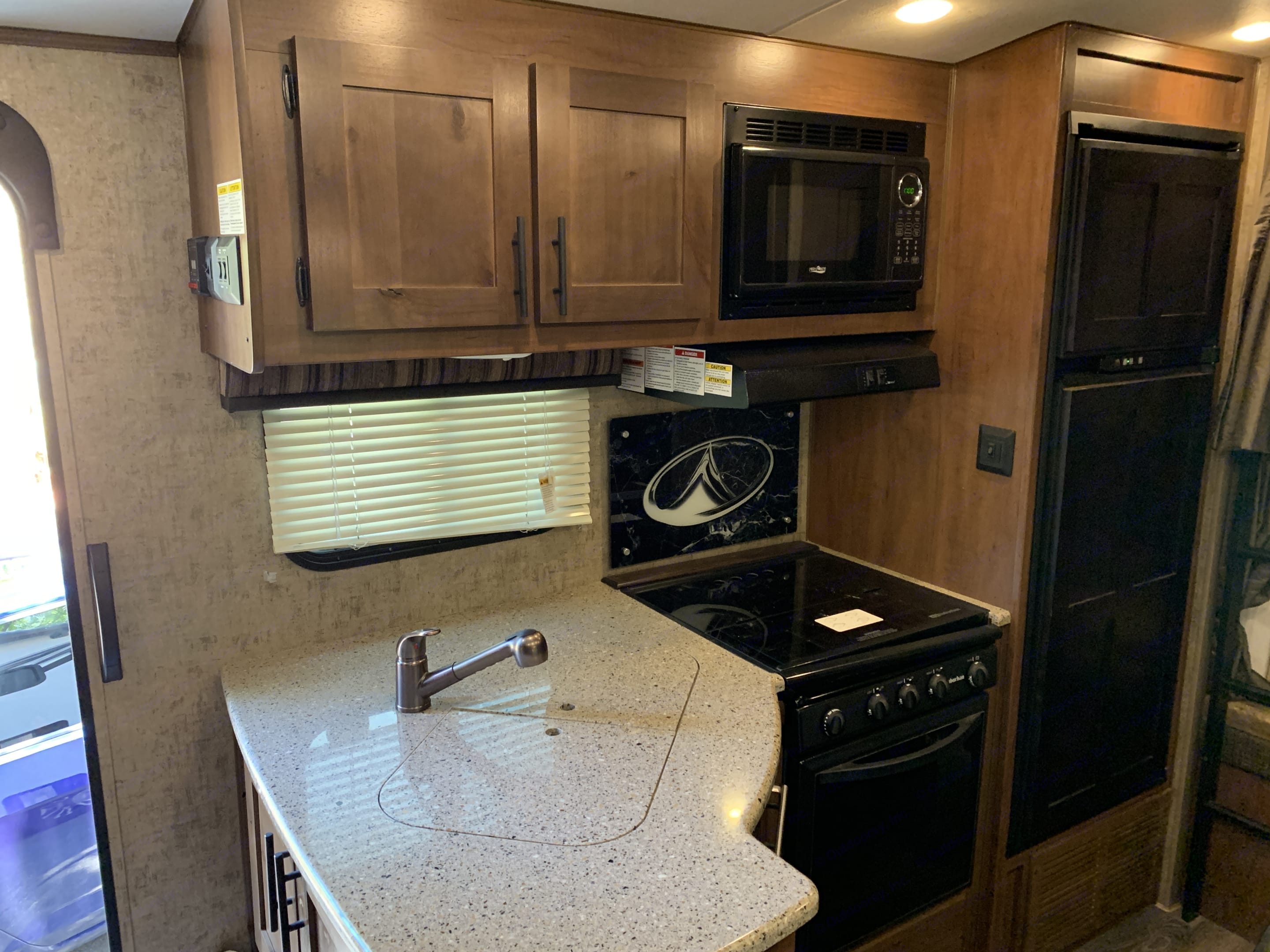 Double sink, Microwave, Stove, oven, Refrigerator and freezer.. Timber Ridge 23DBS 2019