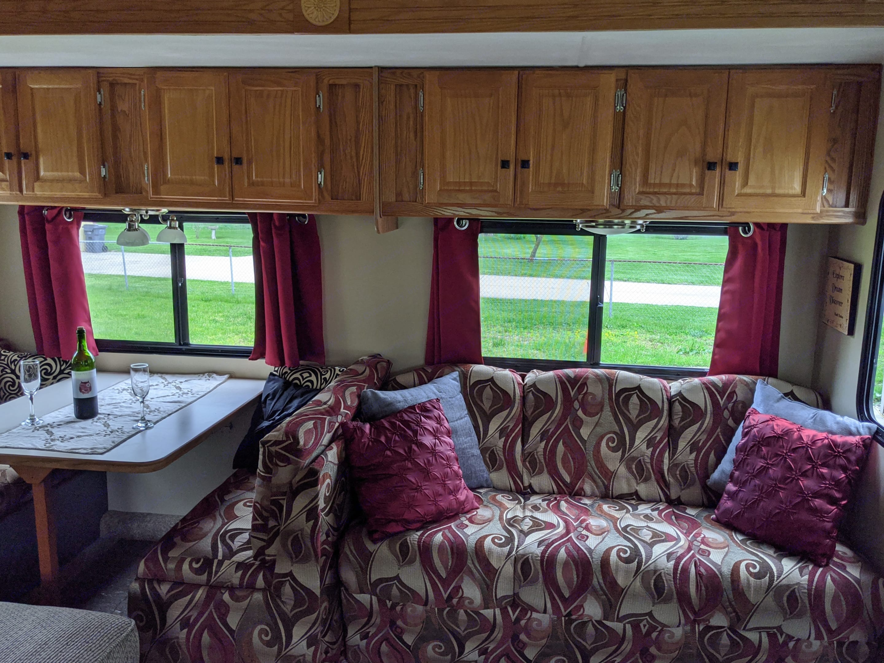 You will love how warm and cozy this RV feels when you enter it.. Gulf Stream Conquest 2004