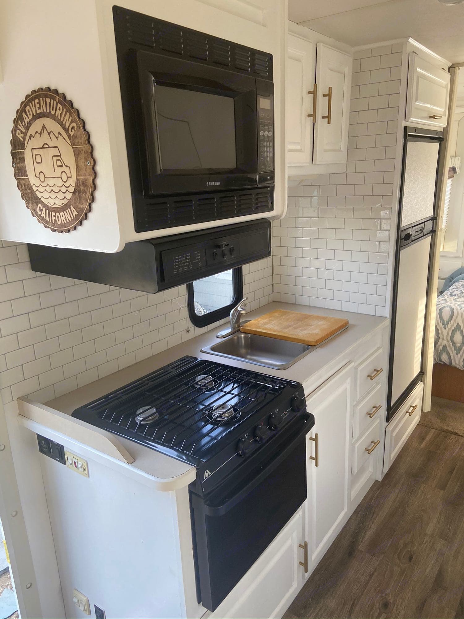 This updated kitchen interior is a bright and happy full kitchen with all the amenities.. Thor Motor Coach Four Winds Five Thousand 2004