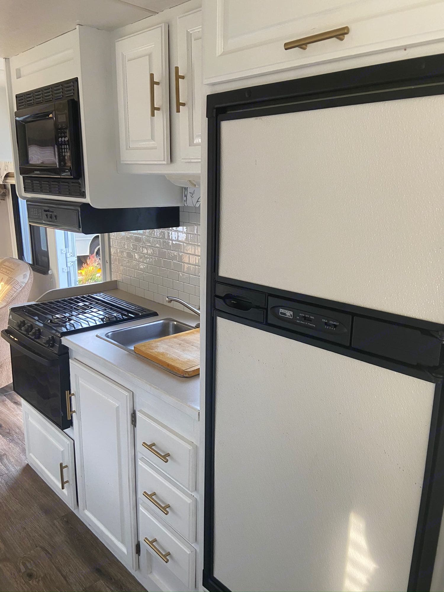 So much fridge and freezer space to keep all your food fresh before cooking by microwave, stovetop, oven or outdoor campfire.. Thor Motor Coach Four Winds Five Thousand 2004