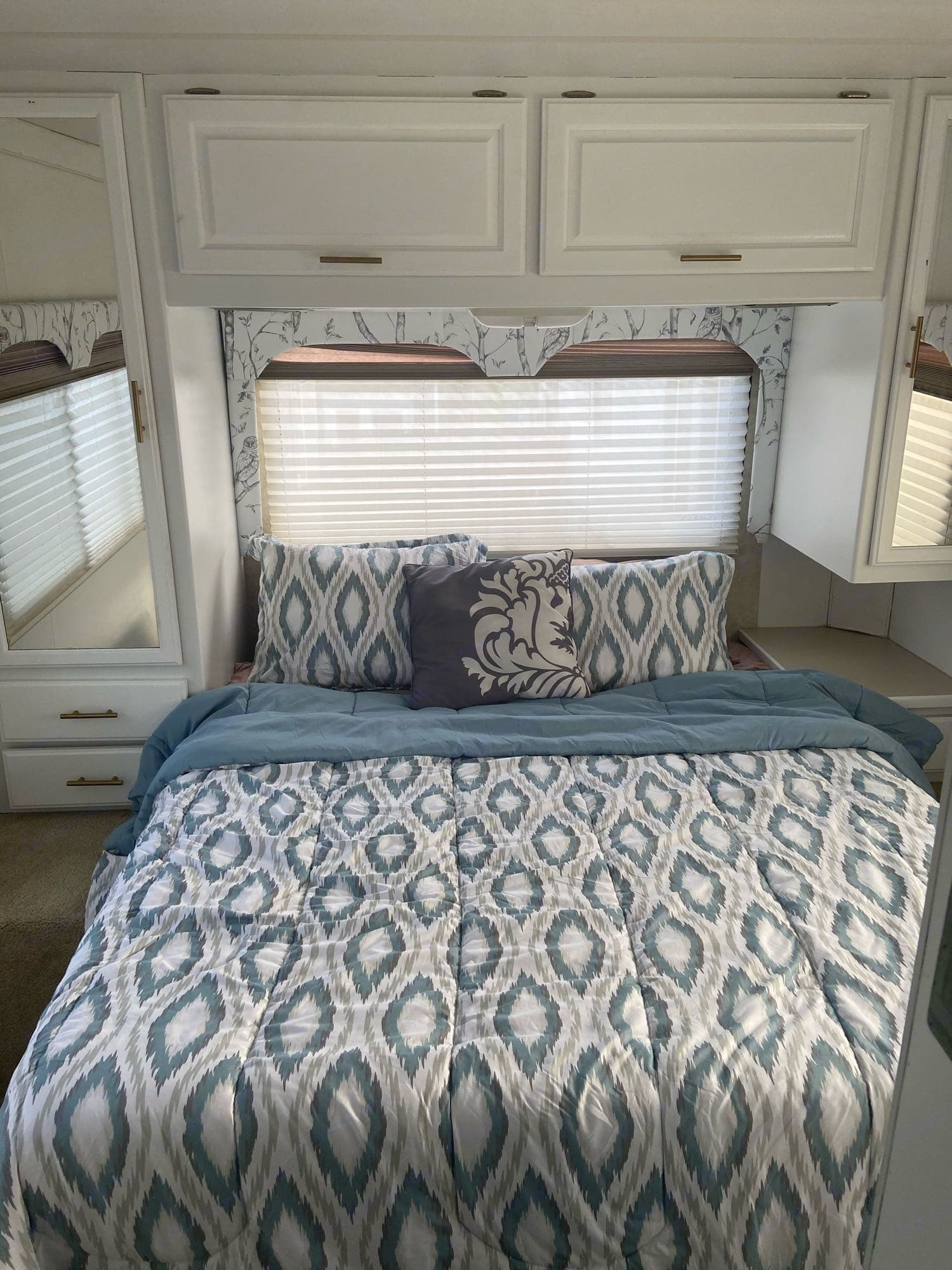 This bed has the most comfortable cool gel infused green tea memory phone mattress. There is an accordion door to give you lots of privacy.. Thor Motor Coach Four Winds Five Thousand 2004