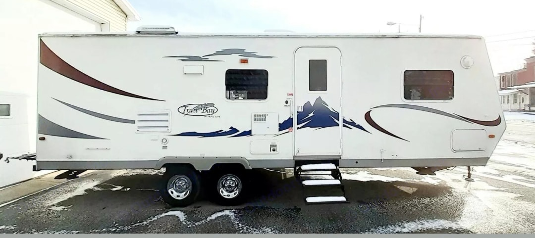 Has 2 doors, living and bedroom. R-Vision Trail-Bay 2006