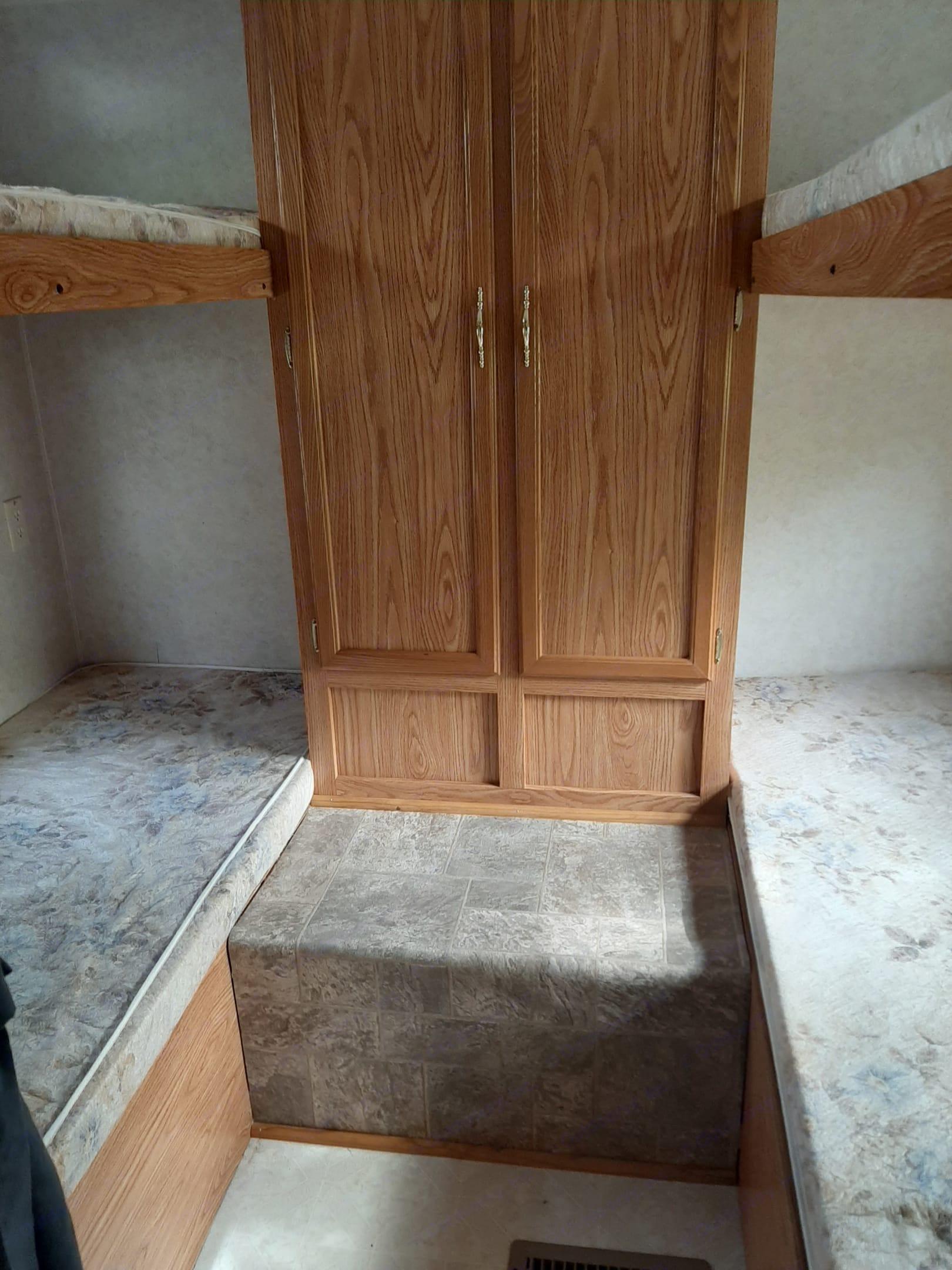 4 bunk beds. Dutchmen Classic 2002
