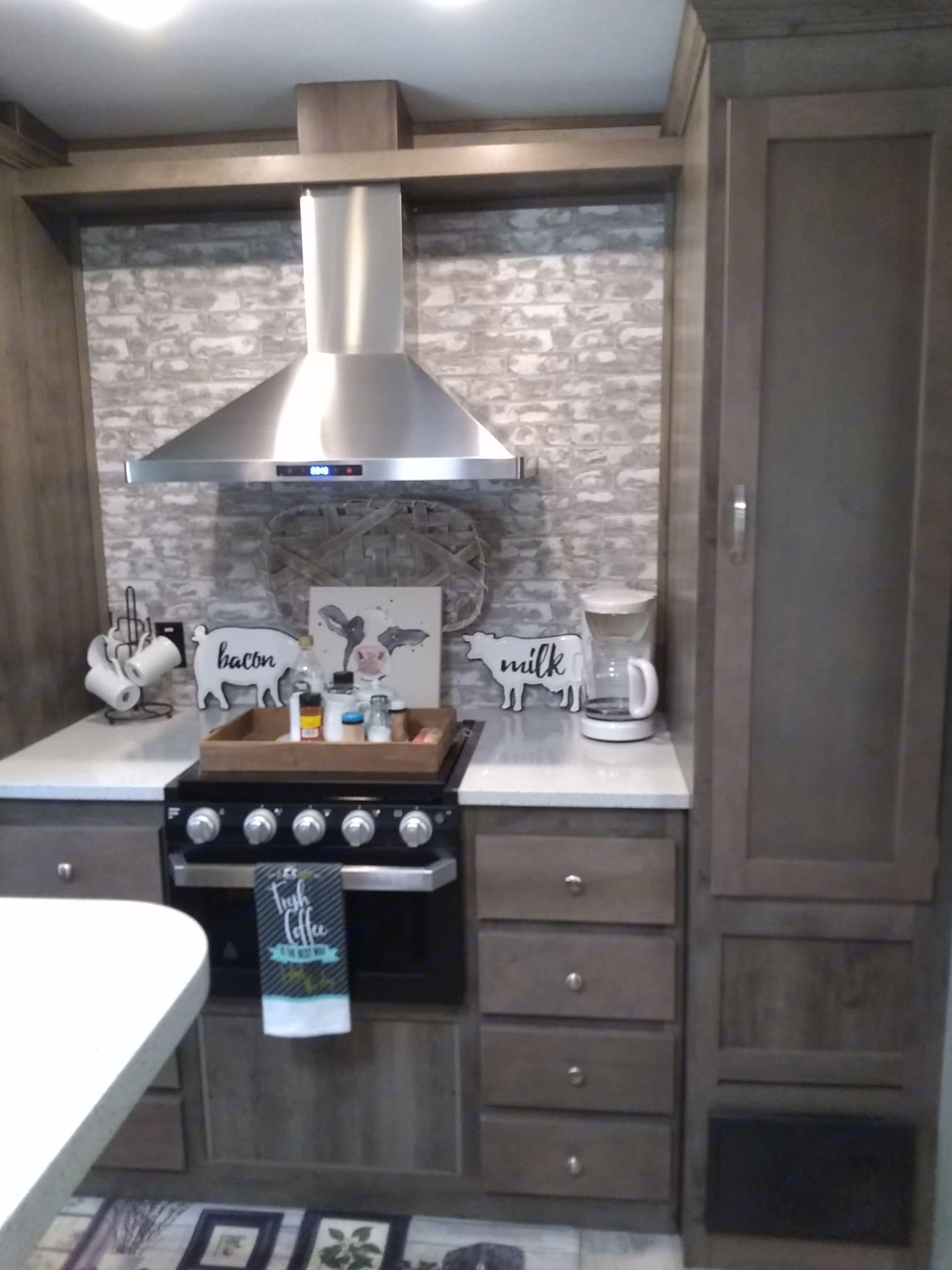 Farmhouse kitchen and pantry. Keystone Sprinter 2019