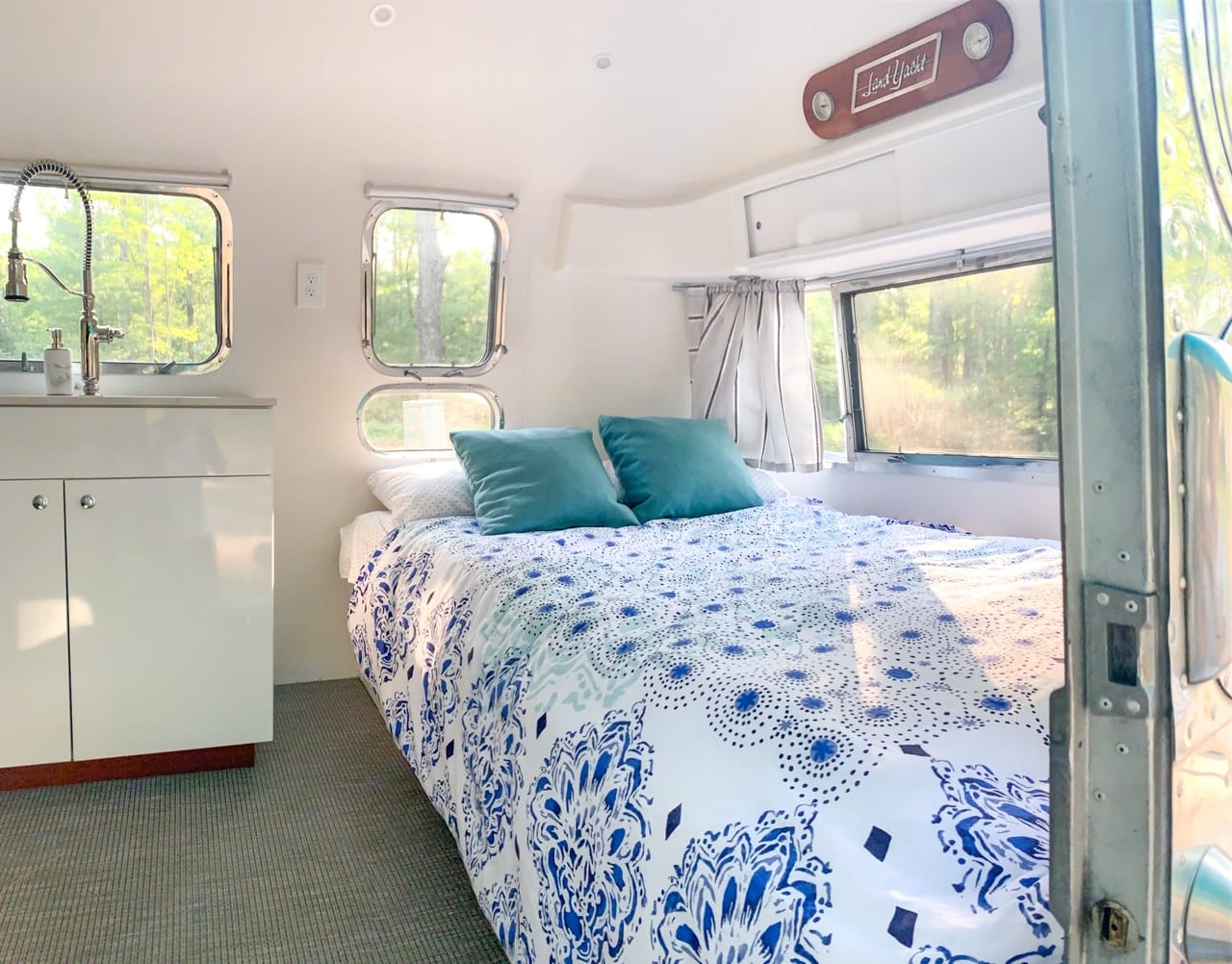Sleeps 4. Airstream Land Yacht 1971
