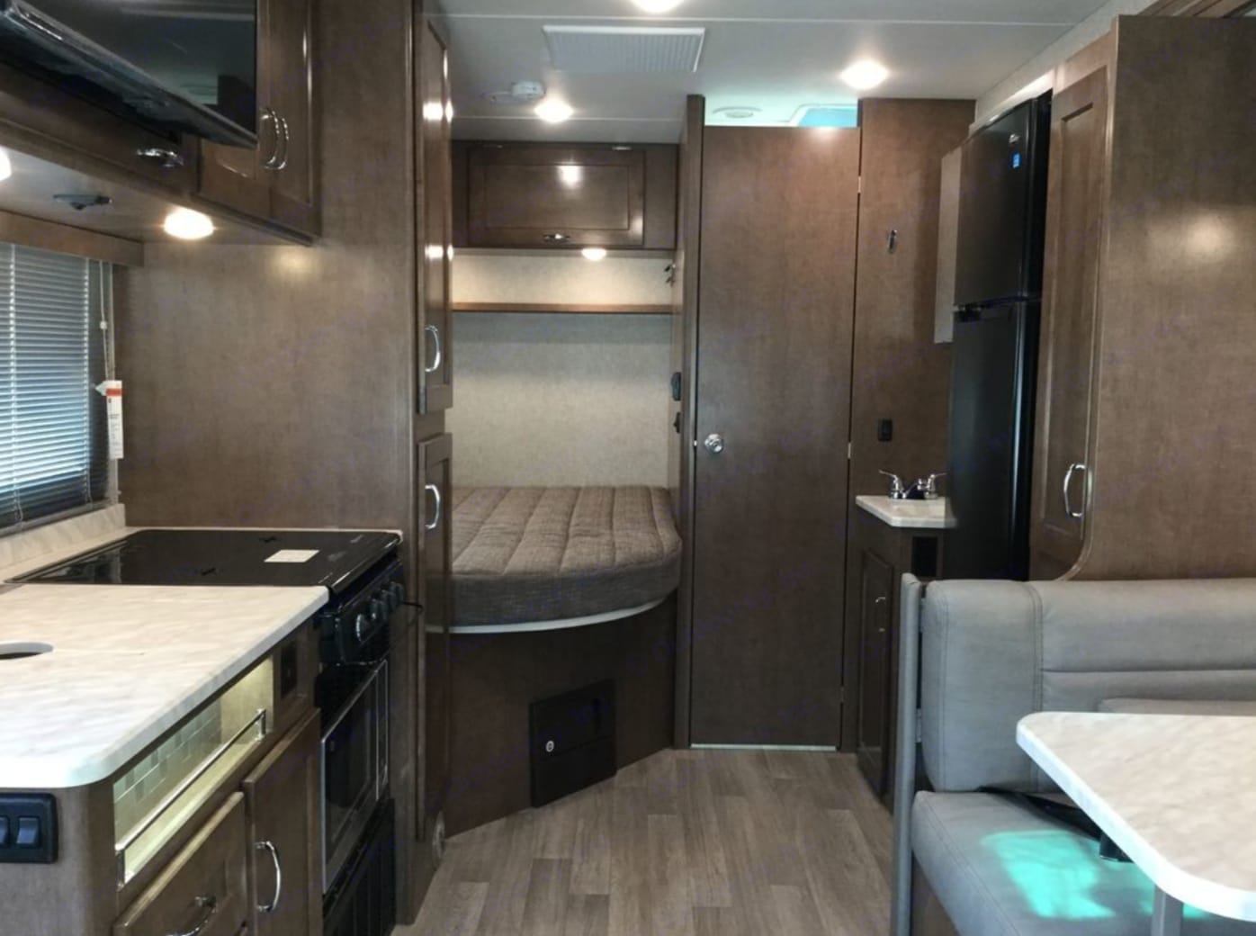 Top rated appliances, corner bed, single slide out, perfect for a family of 4. Winnebago VITA 2020