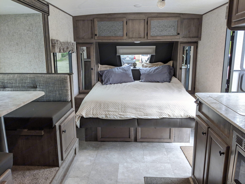 Queen Bed. Coachmen Apex 2021