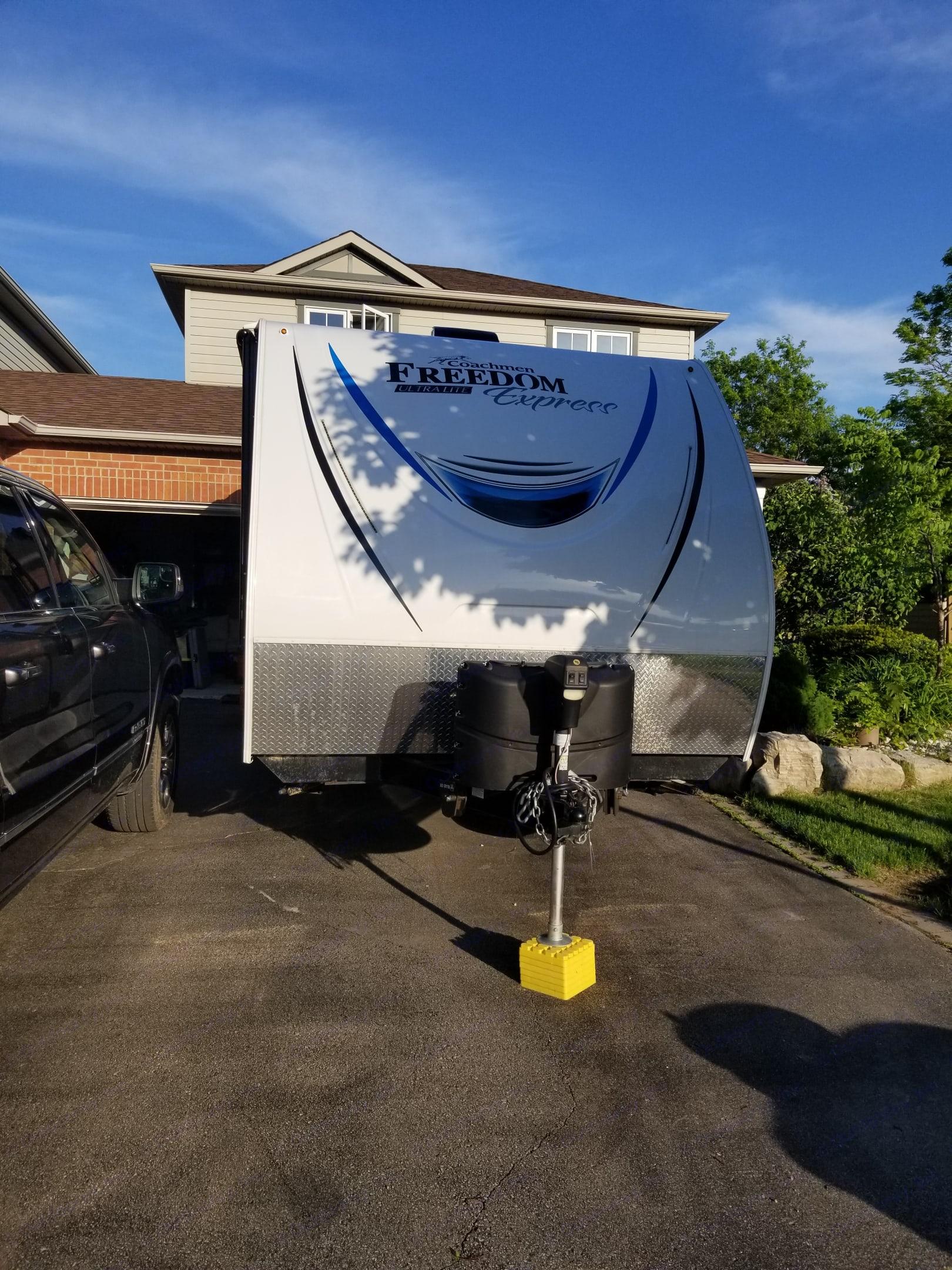 Automatic hitch lift. Coachmen Freedom Express 2019