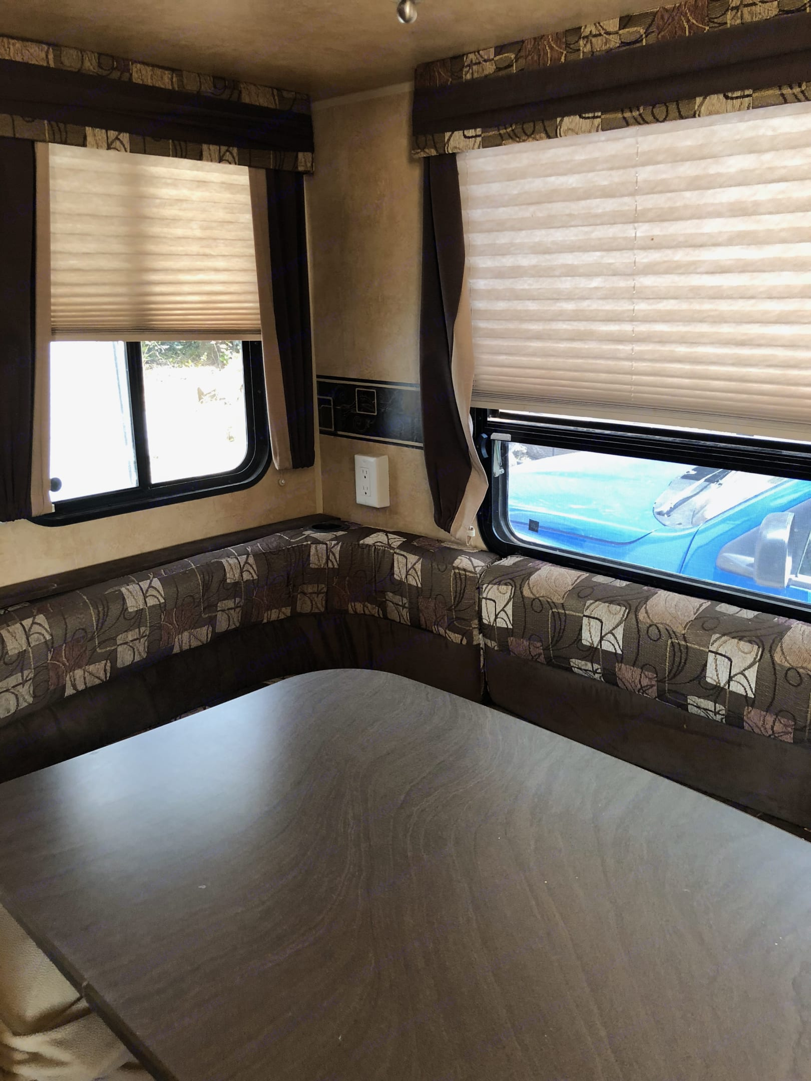 Large Dinette with extra bench space. Jayco Eagle Super Lite 2012