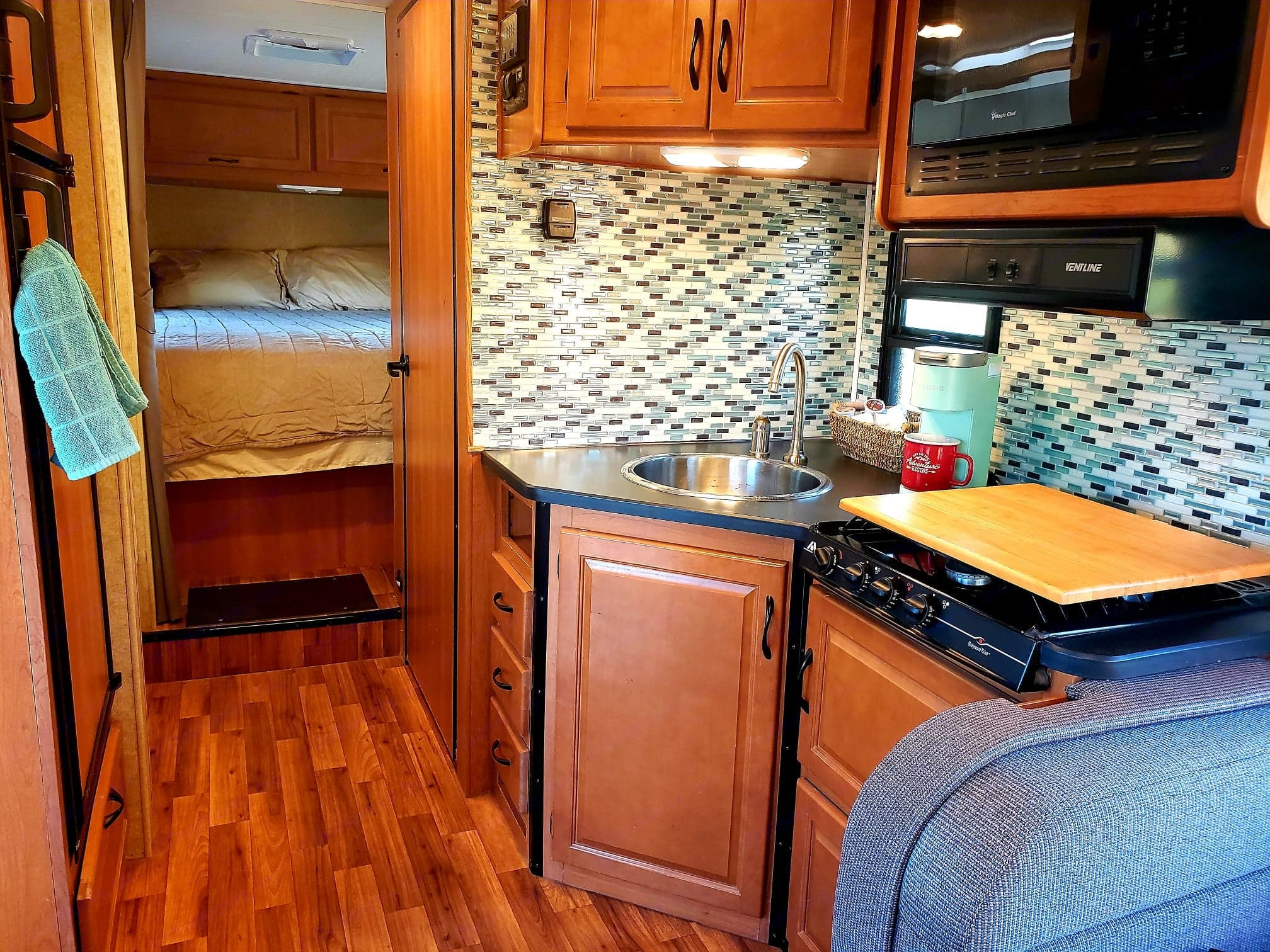 Kitchen. Thor Motor Coach Thor Majestic 2015