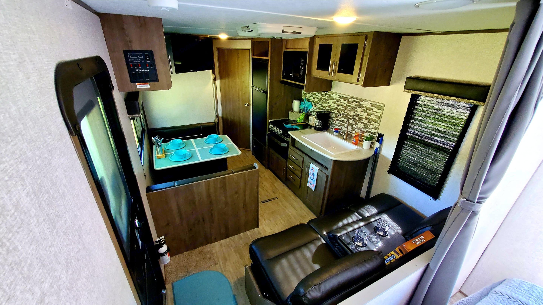 Roomy Interior. Dutchmen Aspen Trail 2020