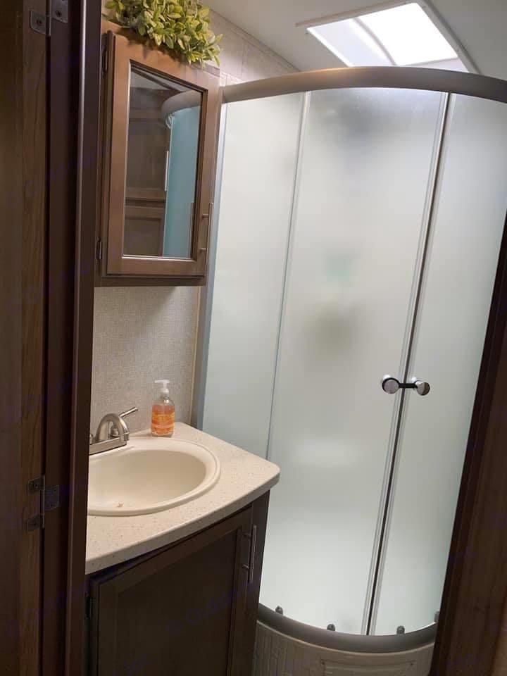 Full size bathroom. Keystone Cougar Half-Ton 2019