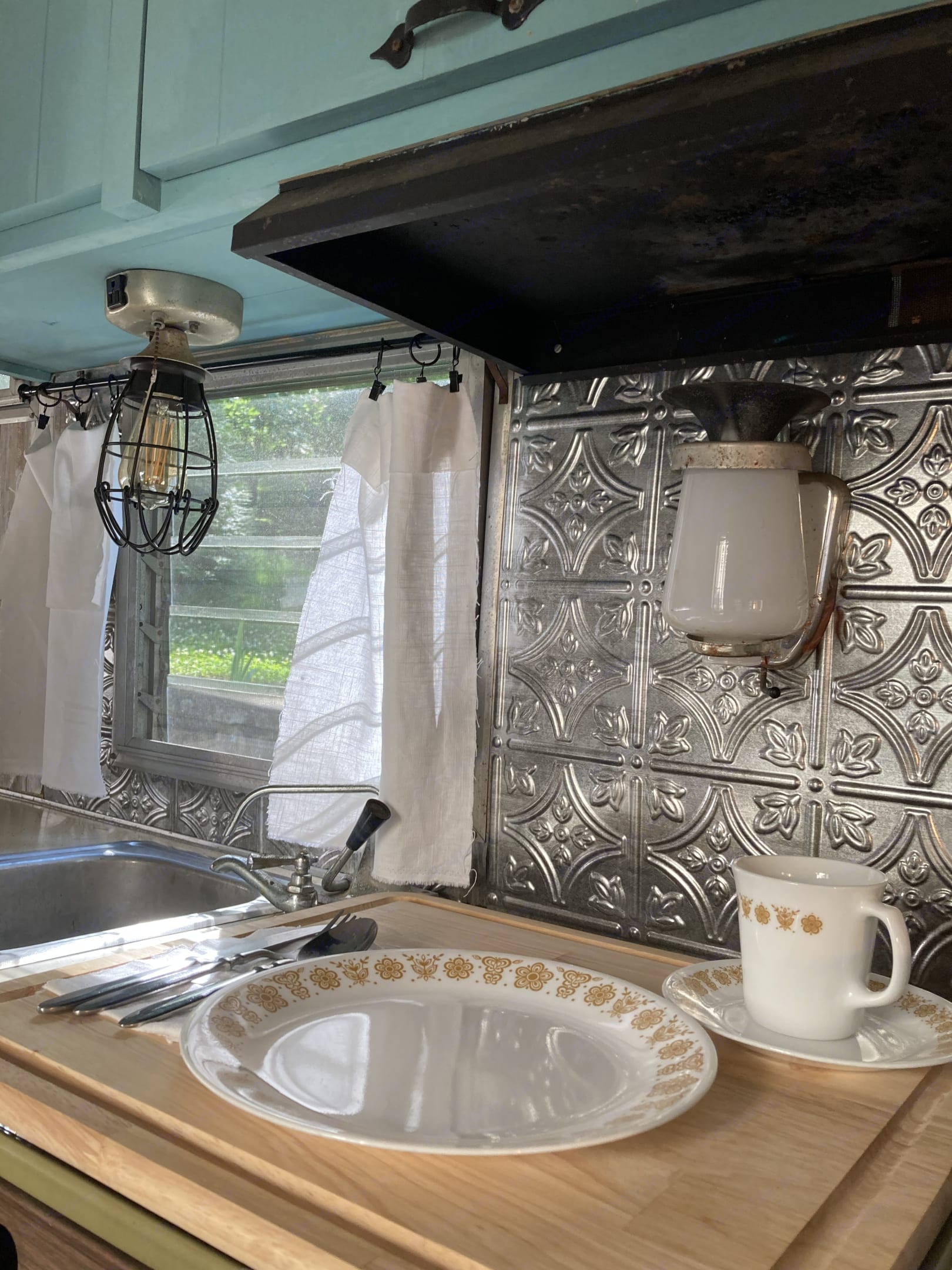 Sink and lots of counter space for food prep. Shasta Airflyte 1968