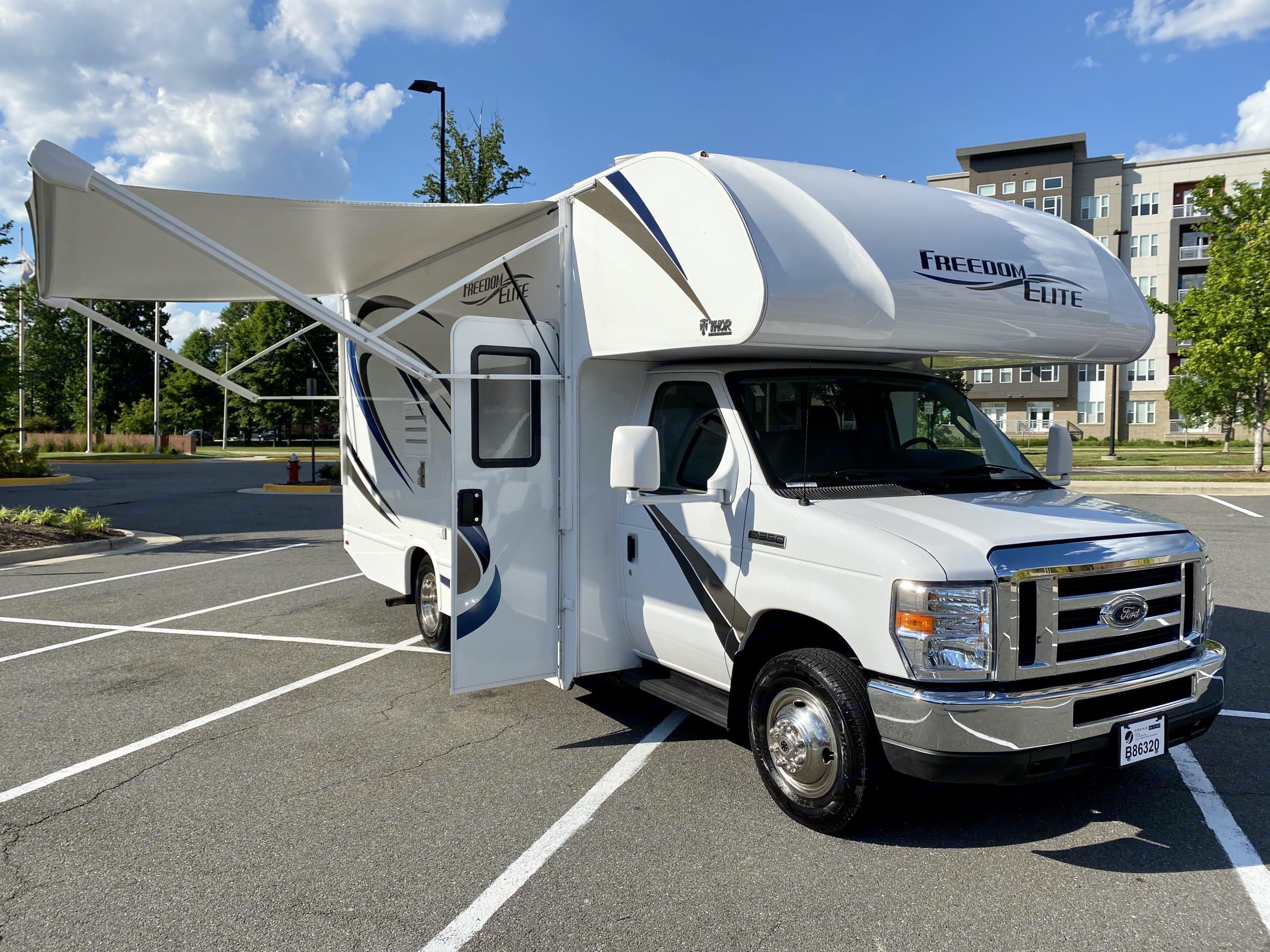 Passenger side with Awning extended. Thor Motor Coach Freedom Elite 2018