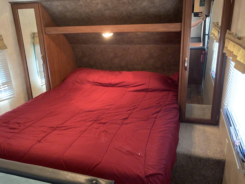 Queen memory foam mattress.. Forest River Cruise Lite 2015