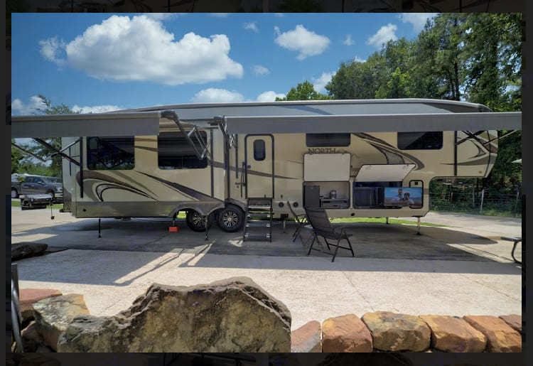 Big awnings, outdoor kitchen, outdoor TV. Jayco North Point 2018