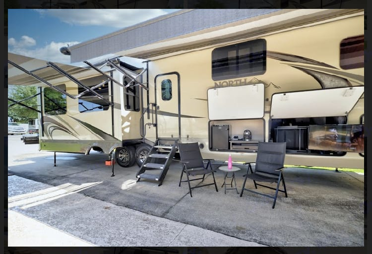 Outdoor area. Jayco North Point 2018