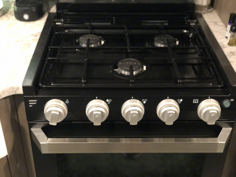 3 burner gas stovetop / Oven. Dutchmen Aspen Trail 2020