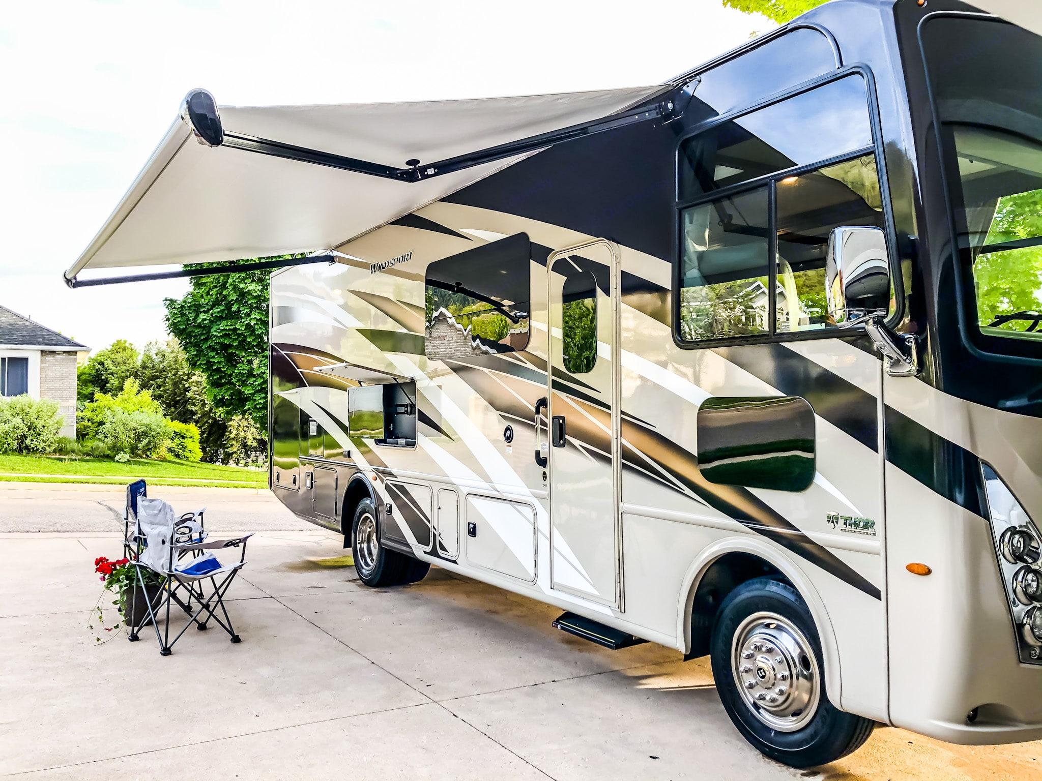 Motorized awning with LED lighting, outdoor TV. Thor Motor Coach Windsport 29M 2020