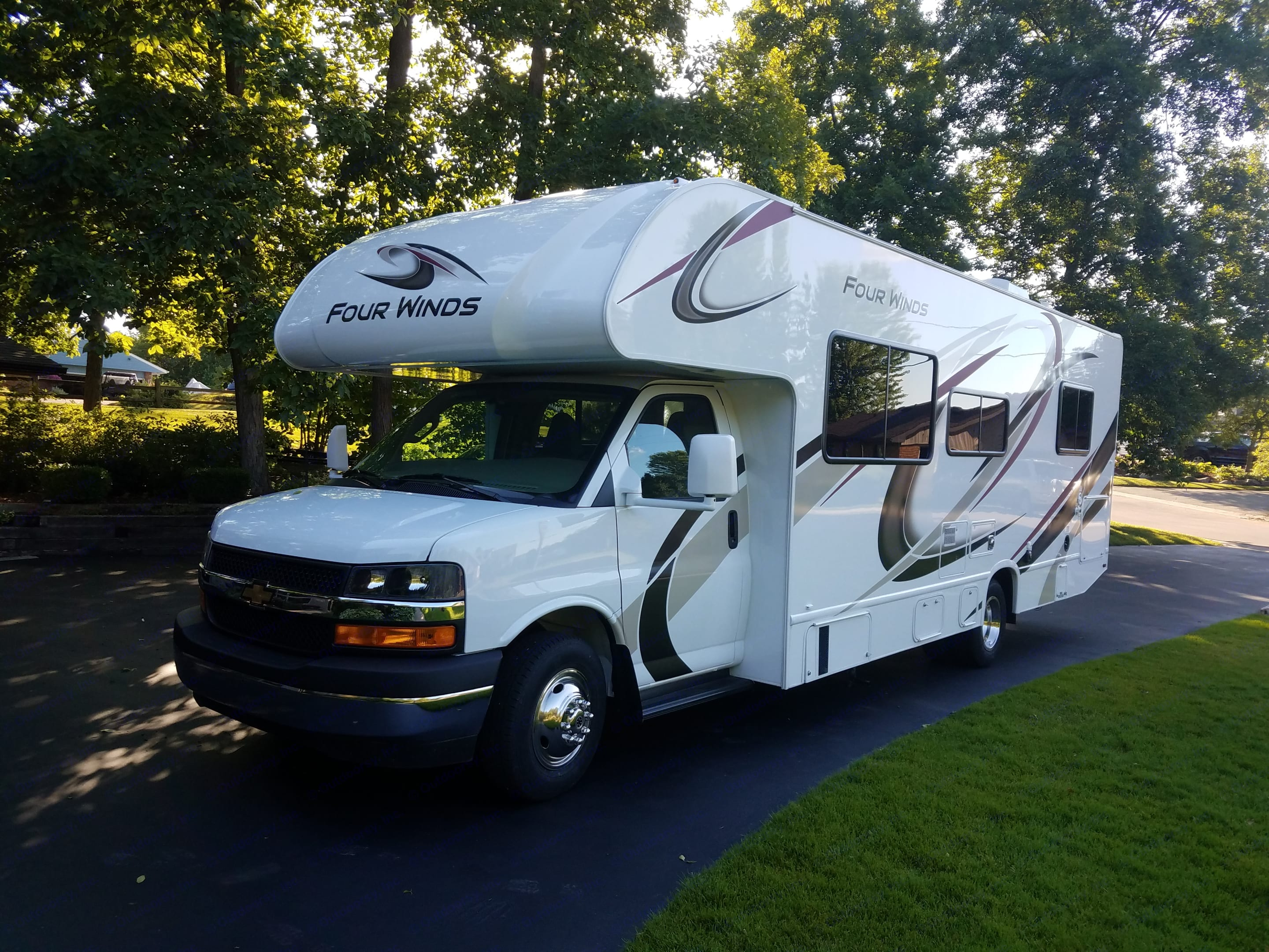 New 2020 Thor Four Winds with low mileage. Thor Motor Coach Four Winds 2020