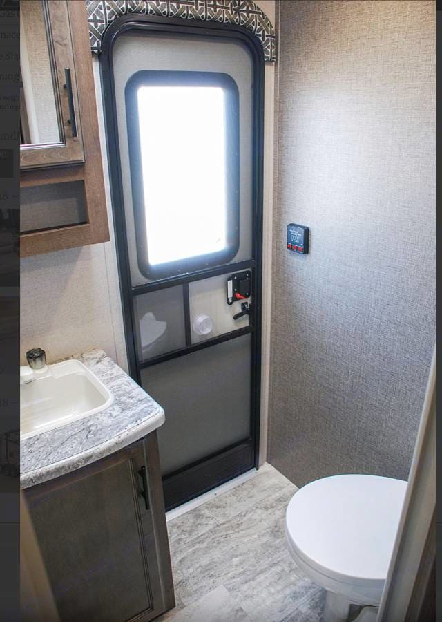 Bathroom with shower/tub. K-Z Connect 2018