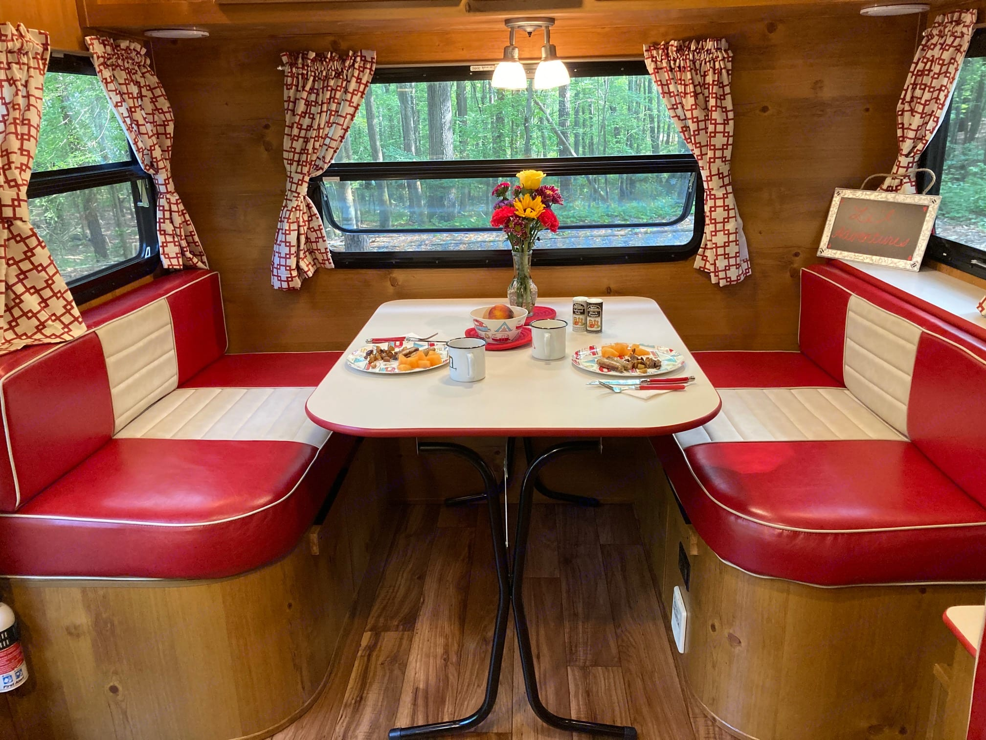 Retro style dinette looks just like a 50's diner! Comfortably seats four.. Gulfstream VN23RSS 2019
